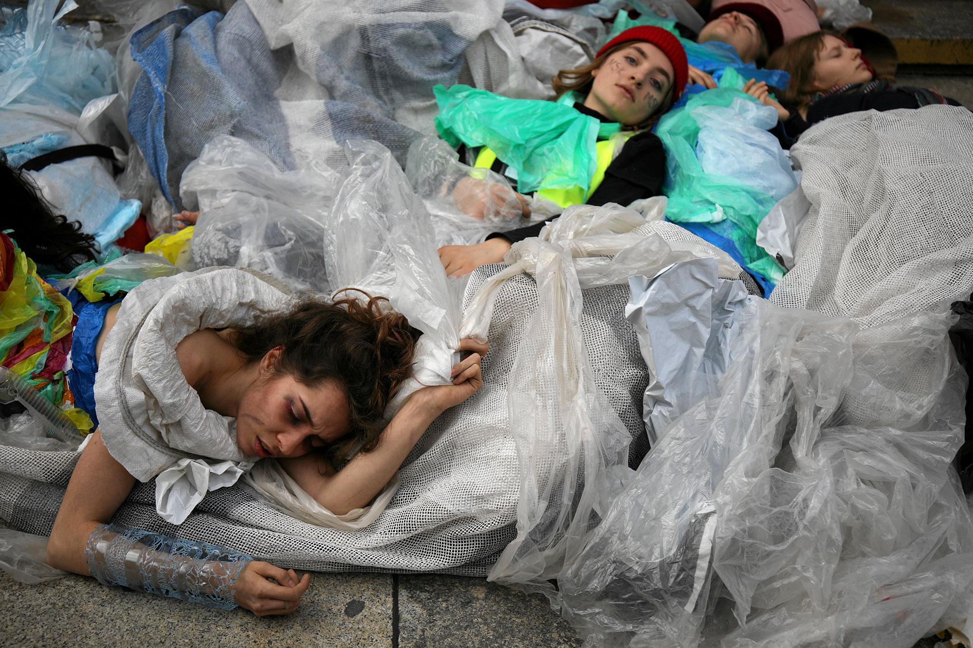 Jóvenes realizaron una performance durante una manifestación ambiental, parte de la Huelga Climática Global, en Varsovia, Polonia (Maciek Jazwiecki/Agencja Gazeta via REUTERS)