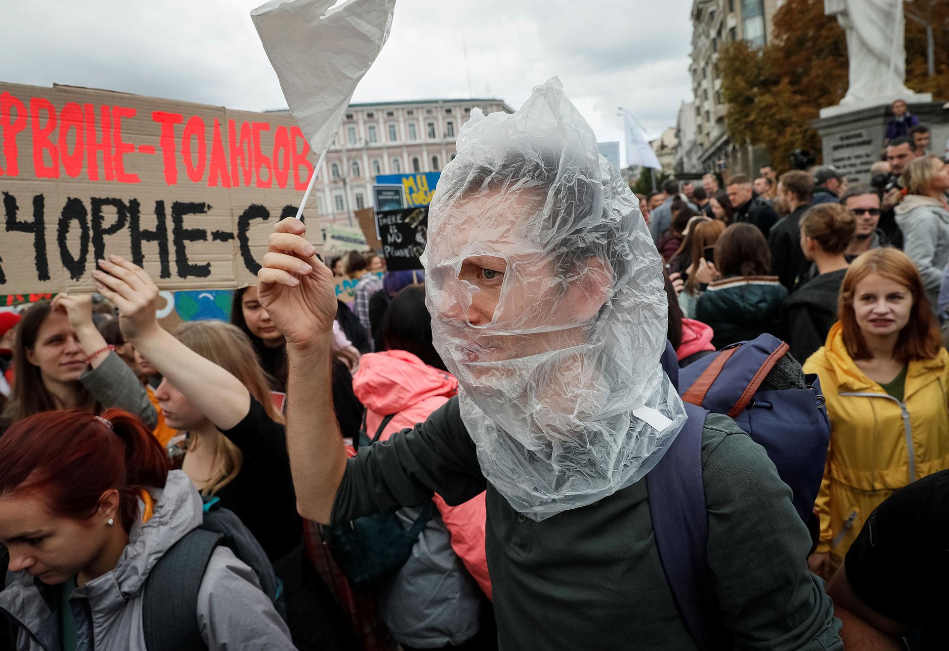 Un activista ucraniano, con una bolsa de plástico en la cabeza a modo de protesta (REUTERS/Gleb Garanich)