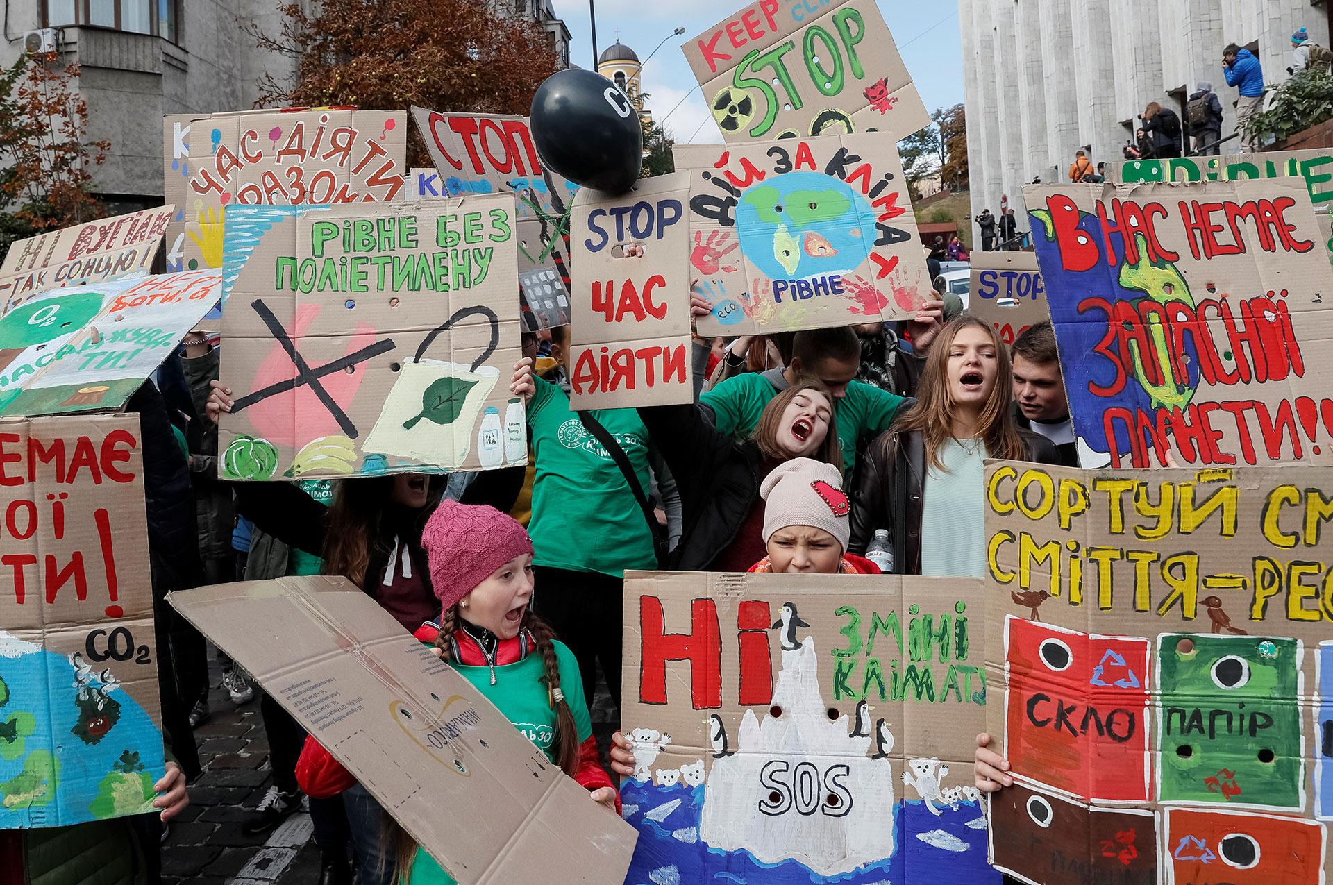 Activistas ucranianos participan en un mitin exigiendo acciones sobre el cambio climático (REUTERS/Gleb Garanich)
