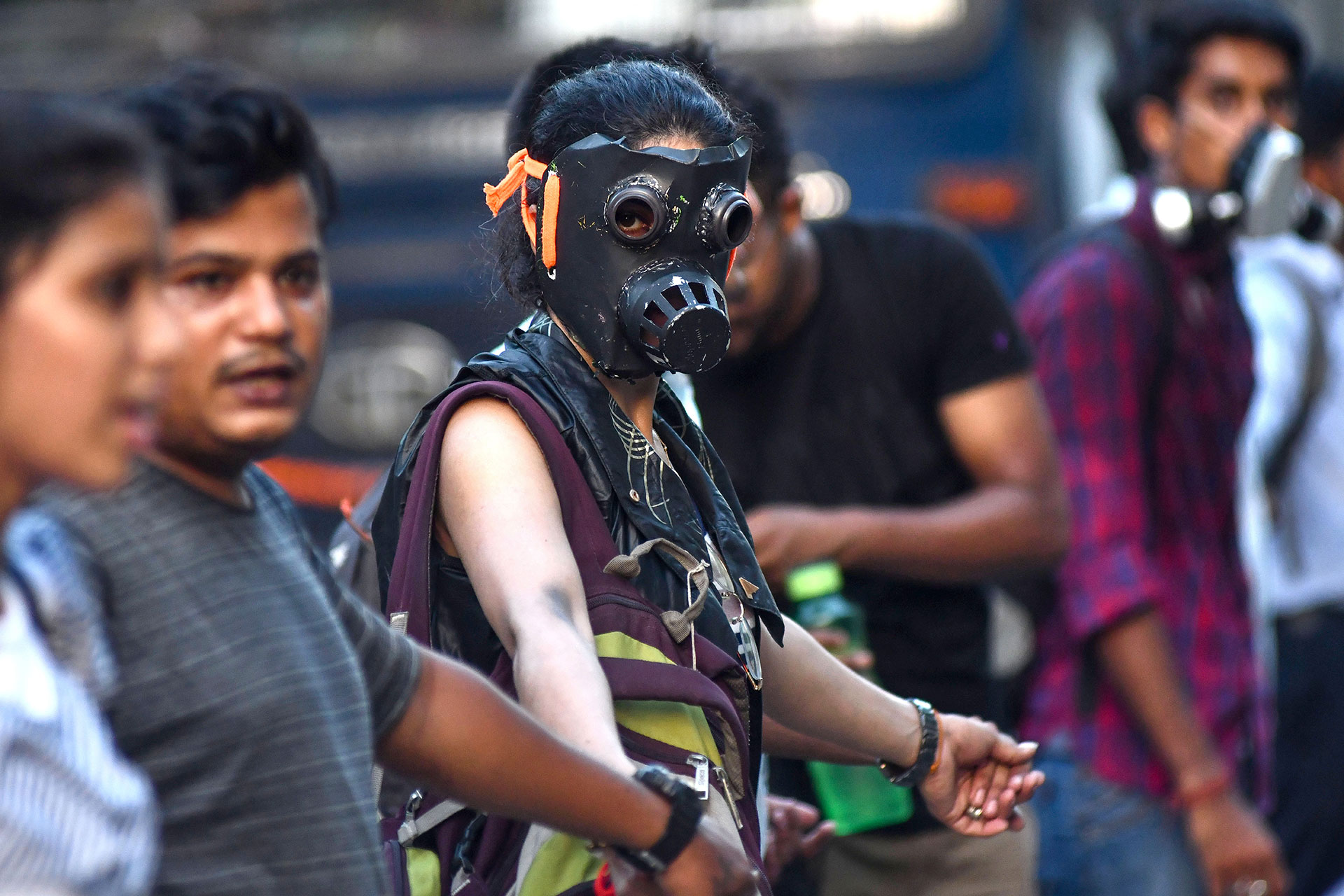 Una joven con una máscara de gas en la protesta contra la inacción gubernamental ante el colapso del clima y la contaminación ambiental, en Guwahati (Foto de Biju BORO / AFP)