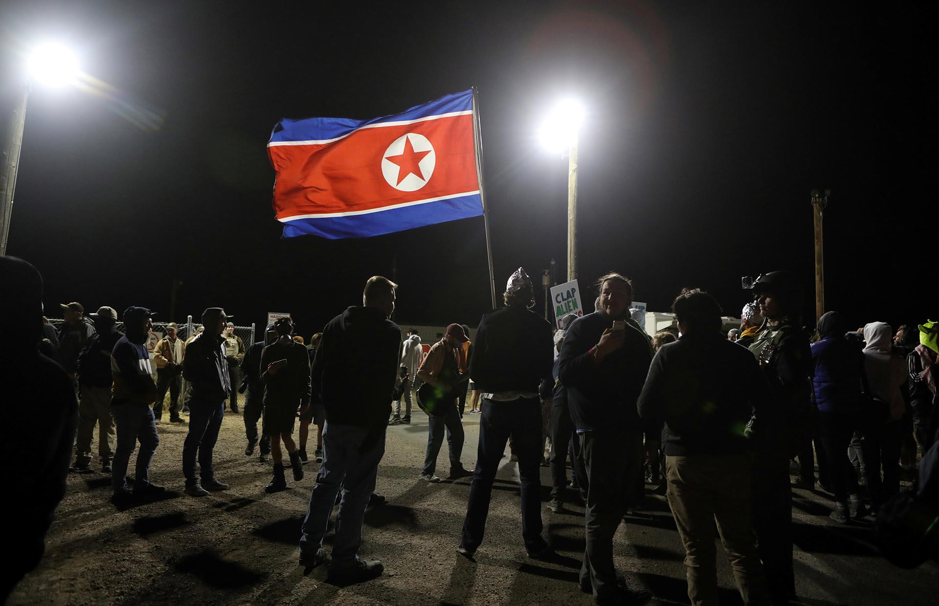 Por razones aún desconocidas, también se ondeó una bandera norcoreana entre los congregados (REUTERS/Jim Urquhart)
