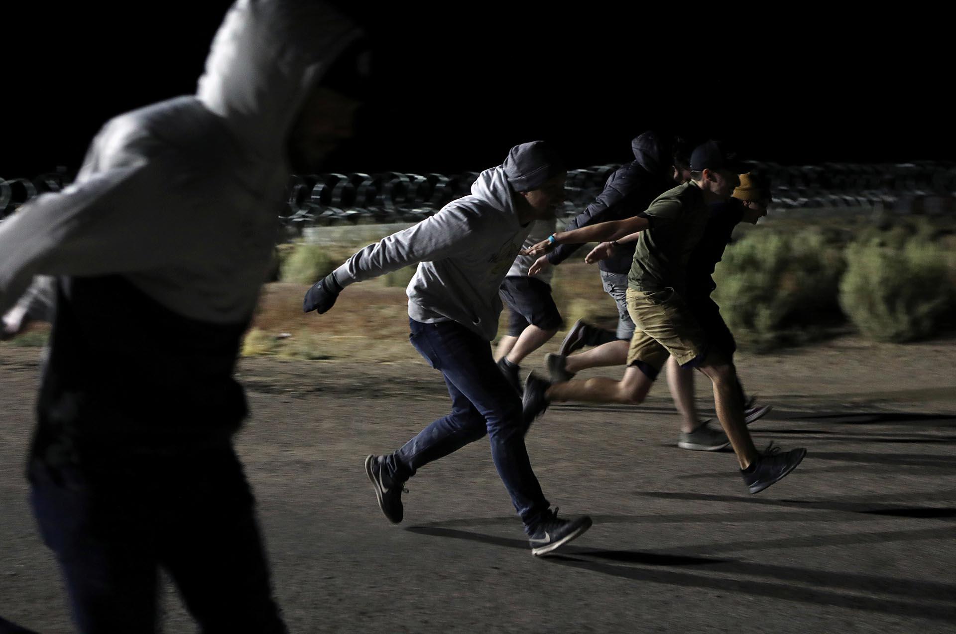 """Varios jóvenes se divirtieron haciendo """"la corrida de Naruto"""" frente a la base militar en Nevada, Estados Unidos (REUTERS/Jim Urquhart)"""