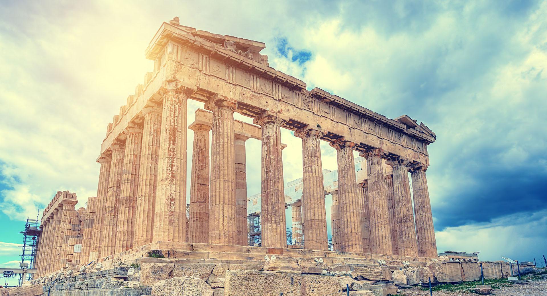 Acrópolis y el Partenón, dos íconos de Atenas, una ciudad rica en historia. Actualmente la ciudad más grande del país y se extiende más de tres mil años, lo que la convierte en una de las ciudades habitadas más antiguas