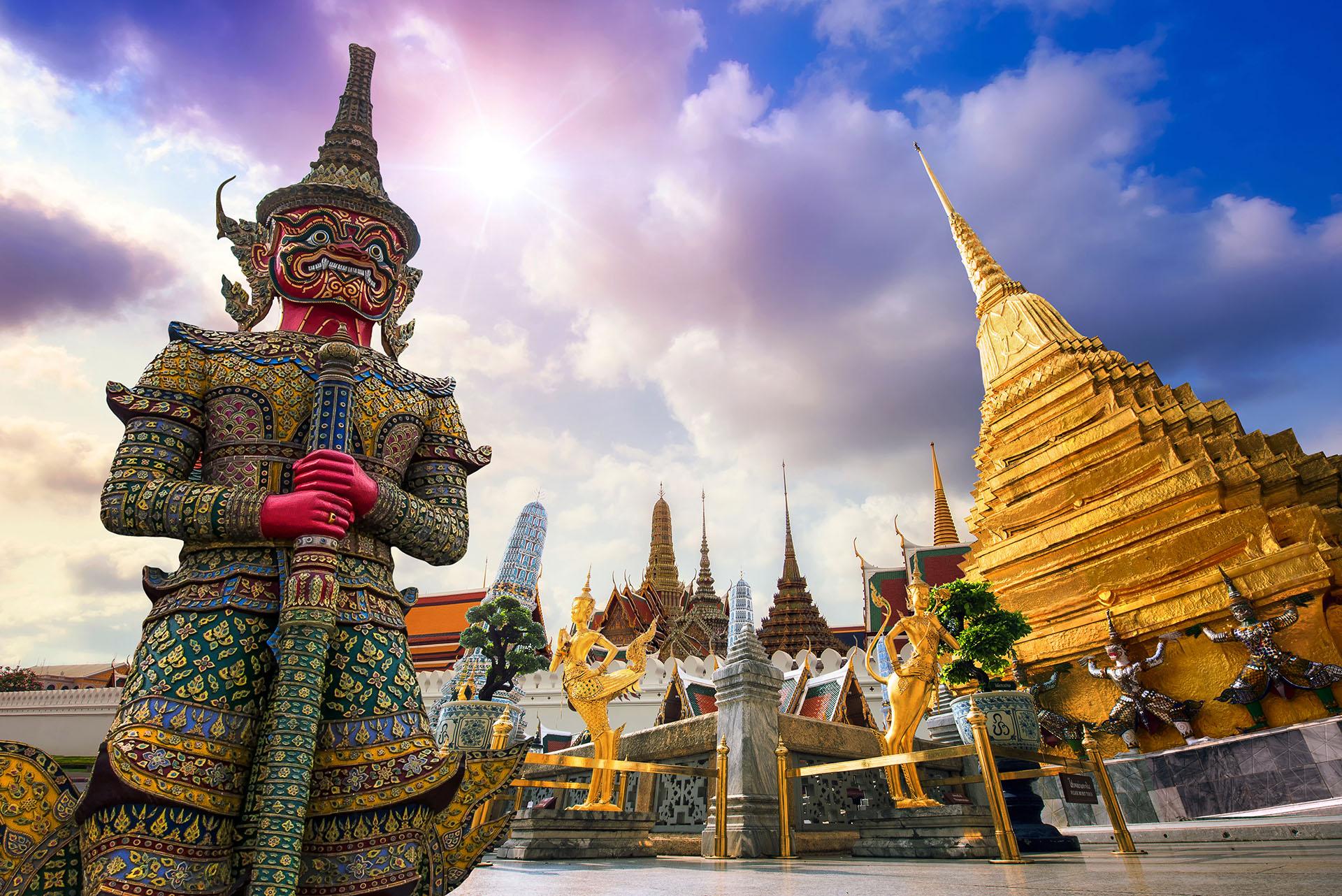 Bangkok es famosos por sus palacios y templos, el más notable es el Gran Palacio con sus intrincados detalles, Wat Phra Kaew y el Buda de Esmeralda, y Wat Arun con altas torres a lo largo de la orilla del río