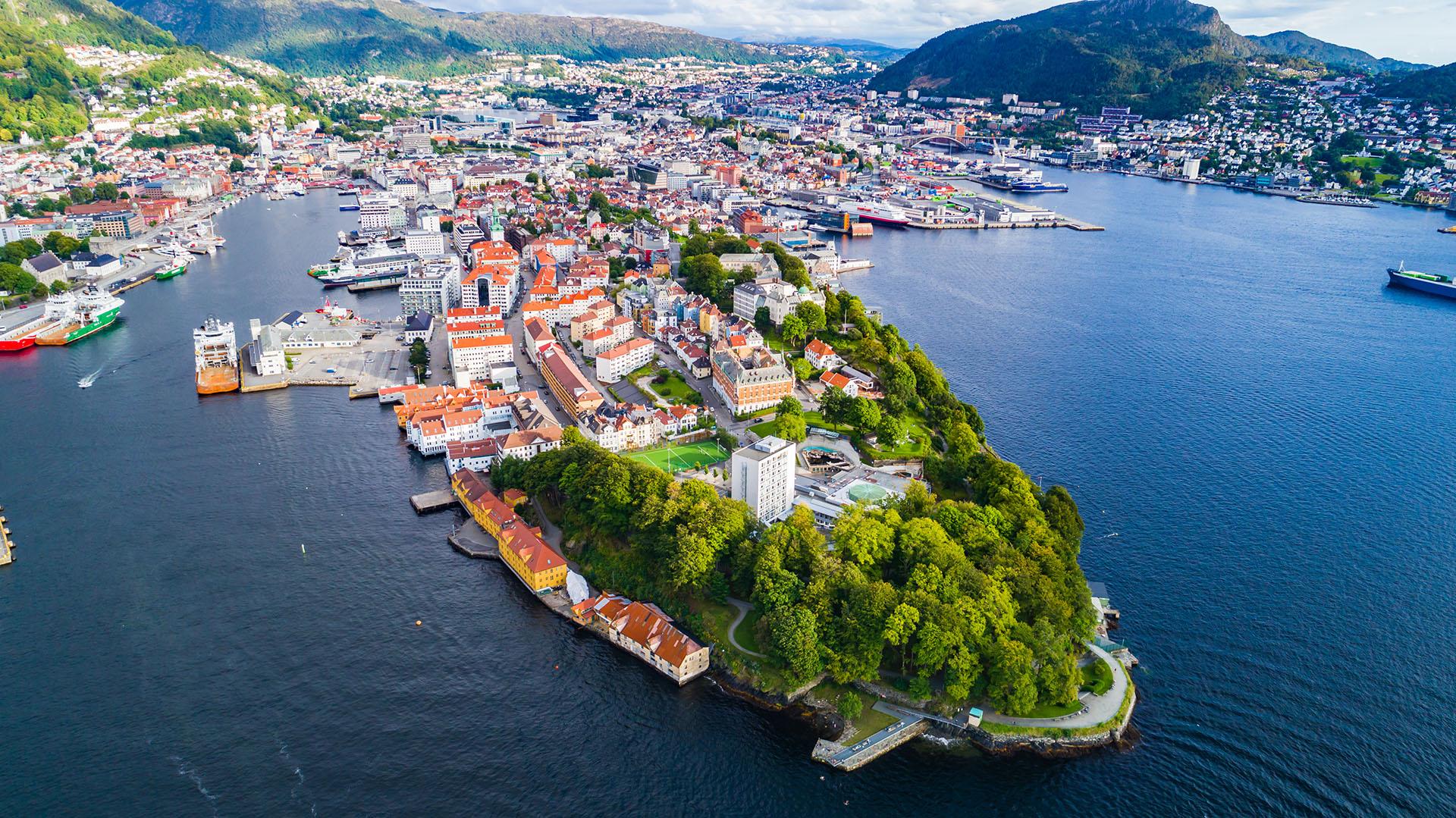 La ciudad es un sitio de la UNESCO. Está rodeado de montañas, fiordos y el muelle Bryggen con las casas de colores. Un obligado es visitar el Monte Fløyen a través del furnacular es una forma divertida de obtener algunas vistas panorámicas de la ciudad