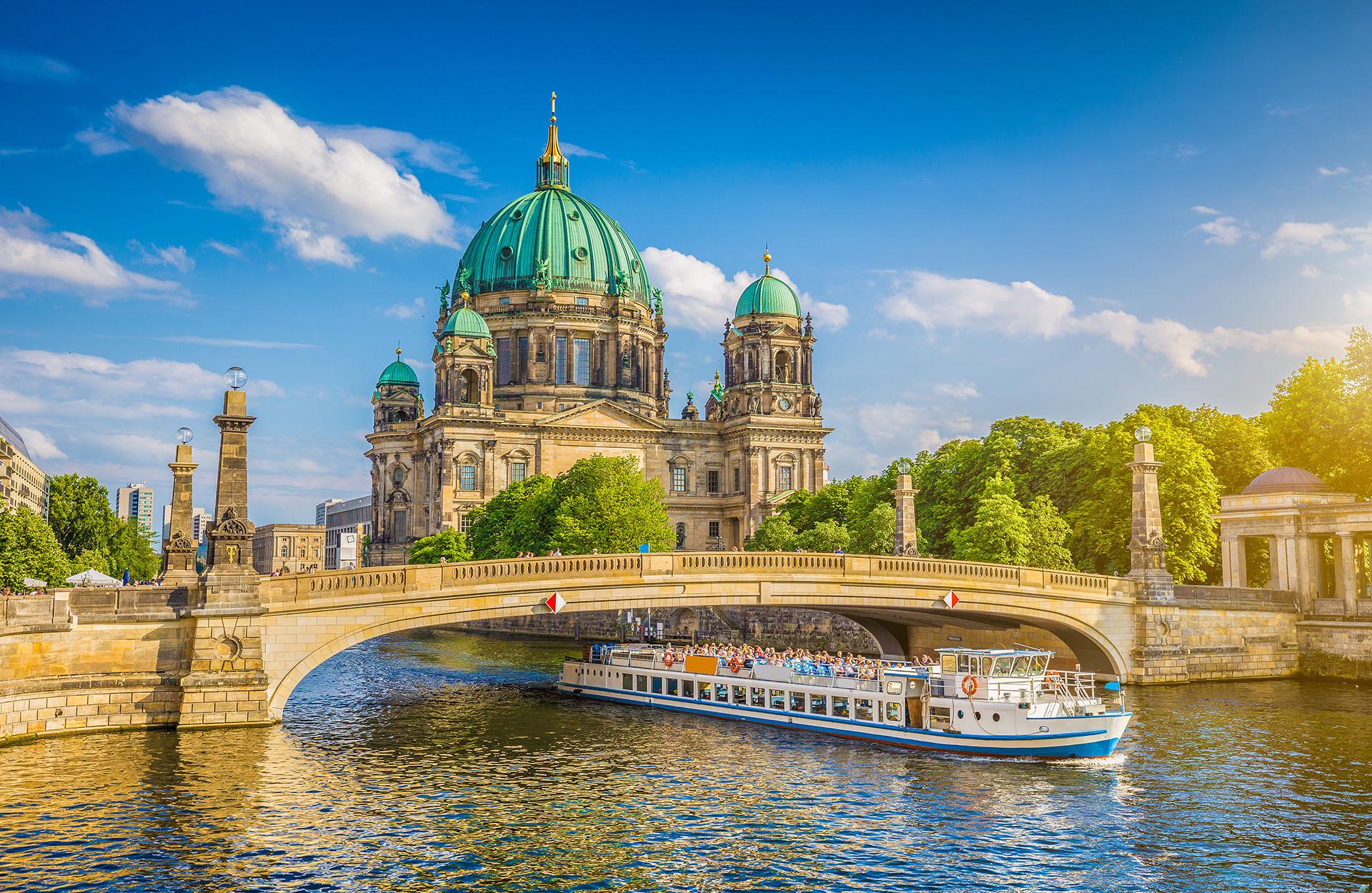 Berlín es la segunda ciudad más grande de Europa y hay cientos de museos para recorrer en esta ciudad. Se debe visitar el edificio del Reichstag y su hermosa cúpula de cristal pero tampoco se debe olvidar la excelente gastronomía alemana y sus bares con cerveza y salchichas