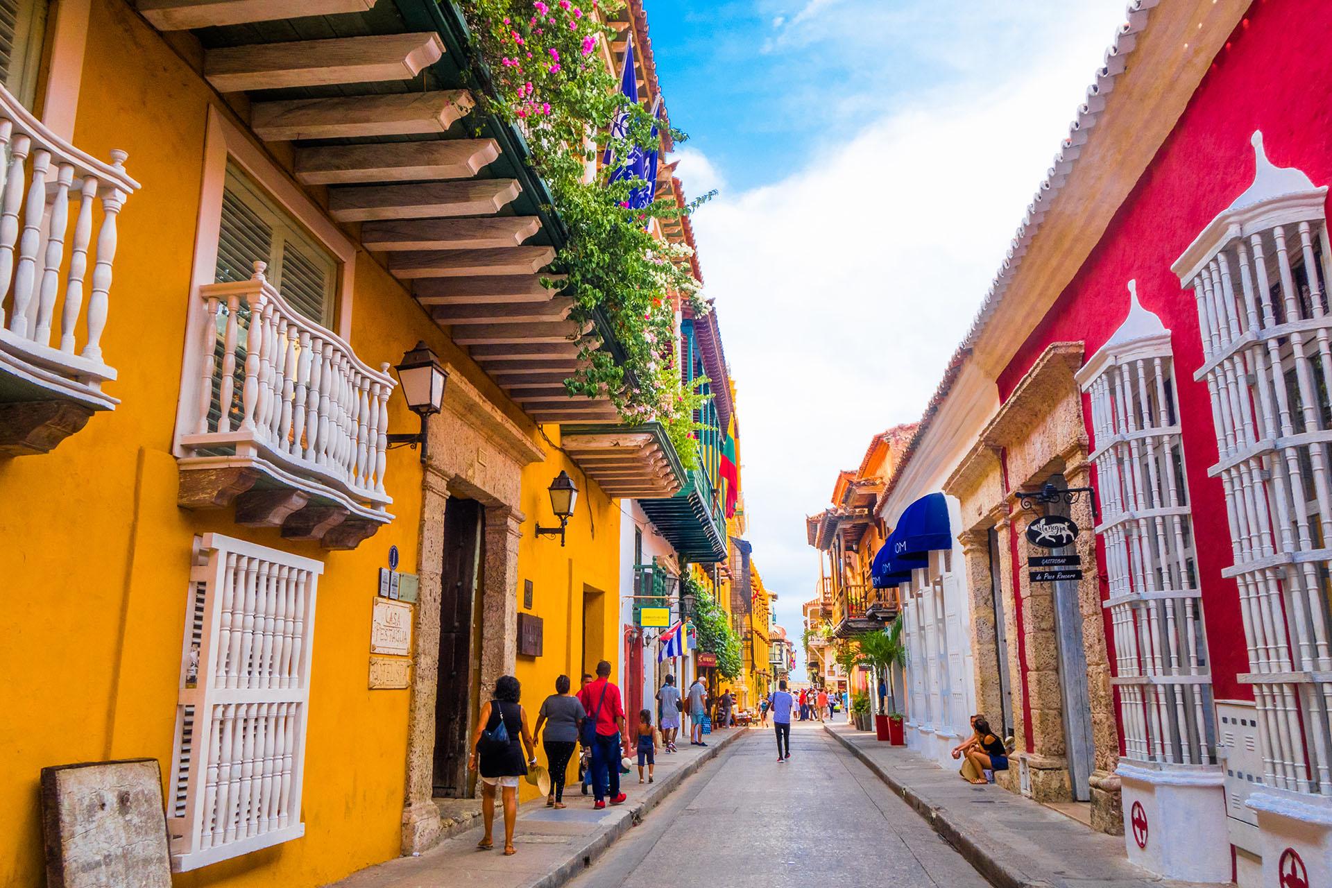 Ubicado frente al Mar Caribe, Cartagena es ideal para caminar entre sus calles y descubrir la fantástica historia del lugar. Llegar a la Catedral de Cartagena y también Castillo de San Felipe