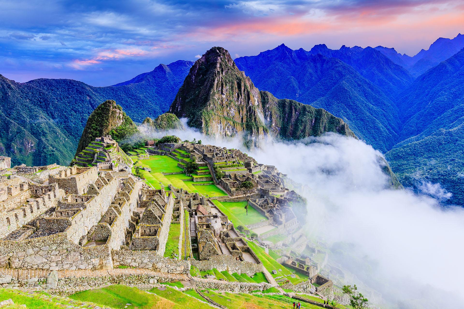 """Es Patrimonio de la Humanidad y un imperdible de Perú es el Machu Picchu. Se puede llegar fácilmente desde la ciudad para un viaje de un día en tren o automóvil. En el idioma quechua, Machu significa """"viejo"""" o """"anciano"""", mientras que Picchu significa """"pico; montaña o prominencia con una amplia base que termina en puntas agudas"""""""