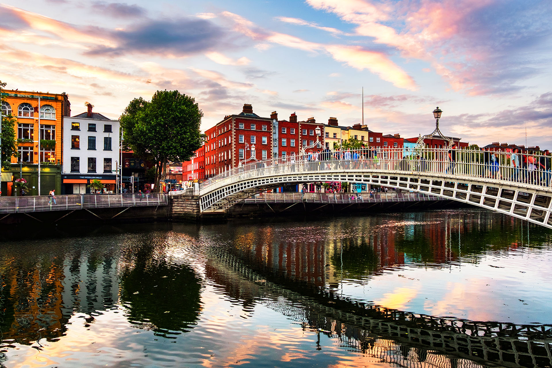 No solo Dublín es para beber cerveza e ir de pub en pub, el Castillo de Dublín es una de las atracciones turísticas más atractivas para nutrirse de historia sobre la ciudad. También recomiendan visitar los acantilados de Moher