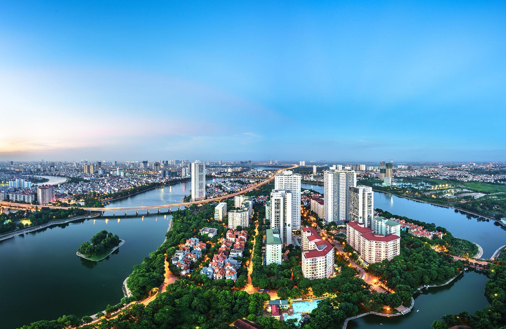 Hanoi se convirtió en una metrópoli y aún preserva su cultura. Algunos de los lugares para visitar si se elige como destino Hanoi puede ser desde antiguos templos budistas como la Pagoda del perfume que se construyó en una cadena montañosa o experimentando los títeres de agua tradicionales en el teatro de marionetas de Thang Long