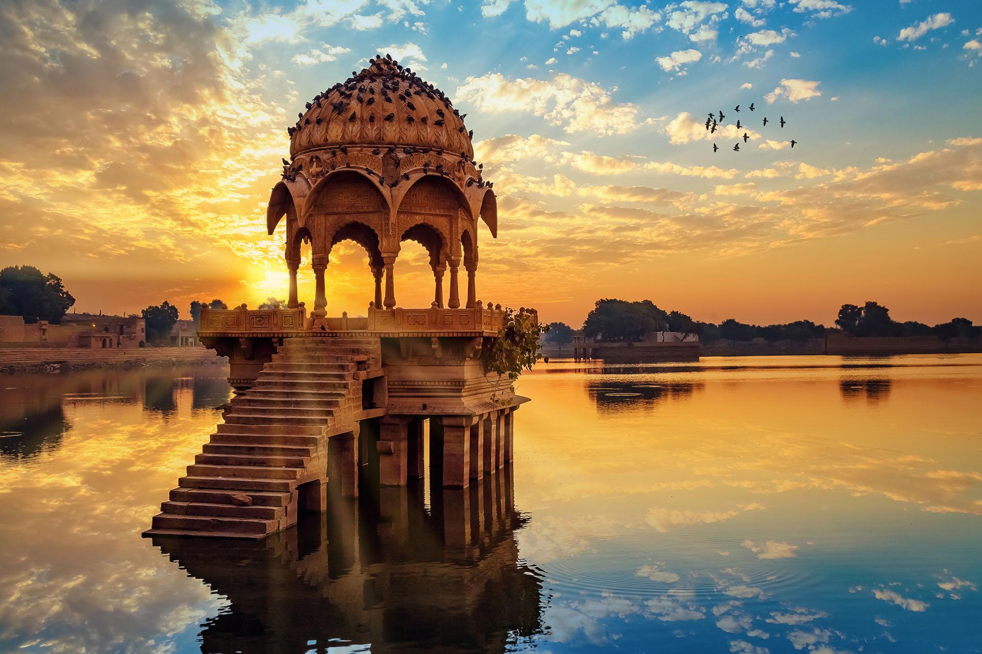 Jaipur, también conocida como la Ciudad Rosada, es una de las ciudades más hermosas para visitar en la India. Algunos de los palacios para visitar son: Palacio de Ámbar, el Palacio de los Vientos y el Palacio de la Ciudad