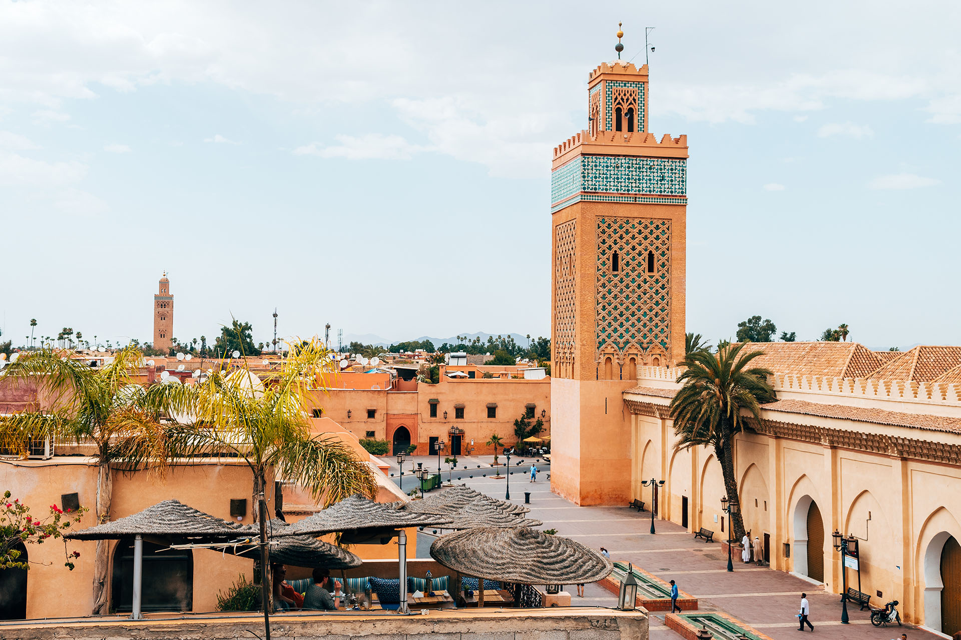 Dos ciudades en una. Marrakech tiene palacios, jardines y mezquitas. El Jardín Majorelle es el jardín más visitado, y puedes ver algunas de las influencias francesas en todas partes. Mezquita Koutoubia, es un obligado para visitar