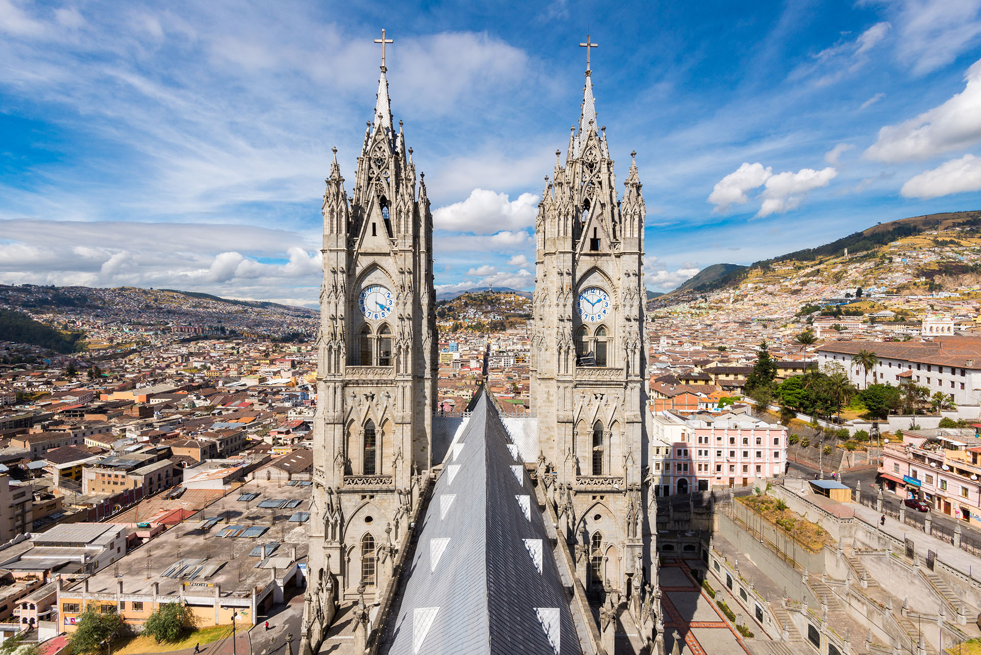 Es la segunda capital más alta del mundo, y ubicada en las laderas del volcán Pichincha. La iglesia jesuita de la Compañía de Jesús es una visita obligada