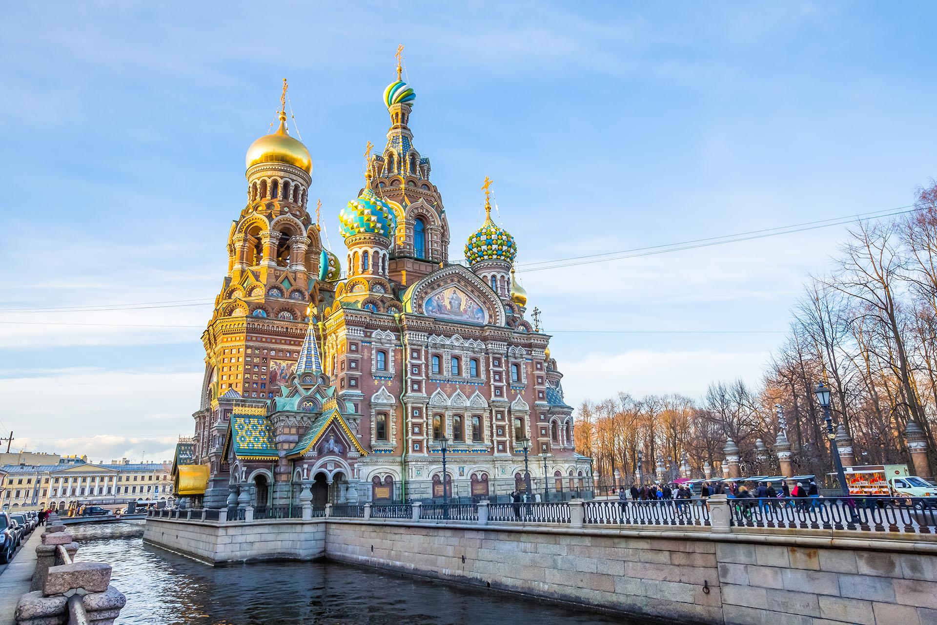 Es conocida como la Ciudad Imperial de Rusia. Su mayor atractivo es la Iglesia de la Sangre Derramada, que es la iglesia más pintoresca de la ciudad, y la Catedral de San Isaac (que es la cuarta catedral con cúpula más grande del mundo)
