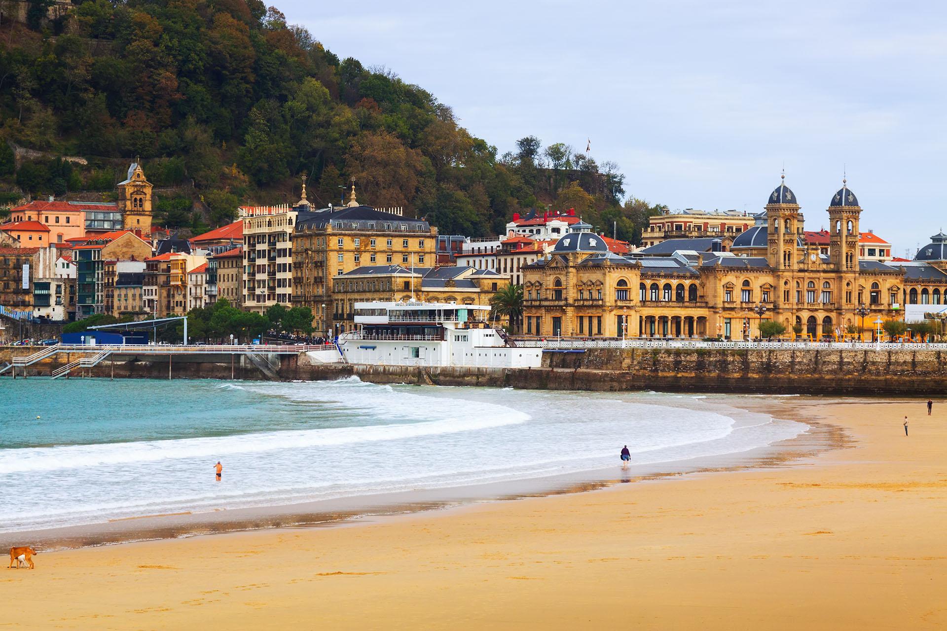 San Sebastián es una ciudad costera en el norte de España en el País Vasco. Es conocido por su cocina y encontrará muchos restaurantes que se jactan de sus estrellas Michelin