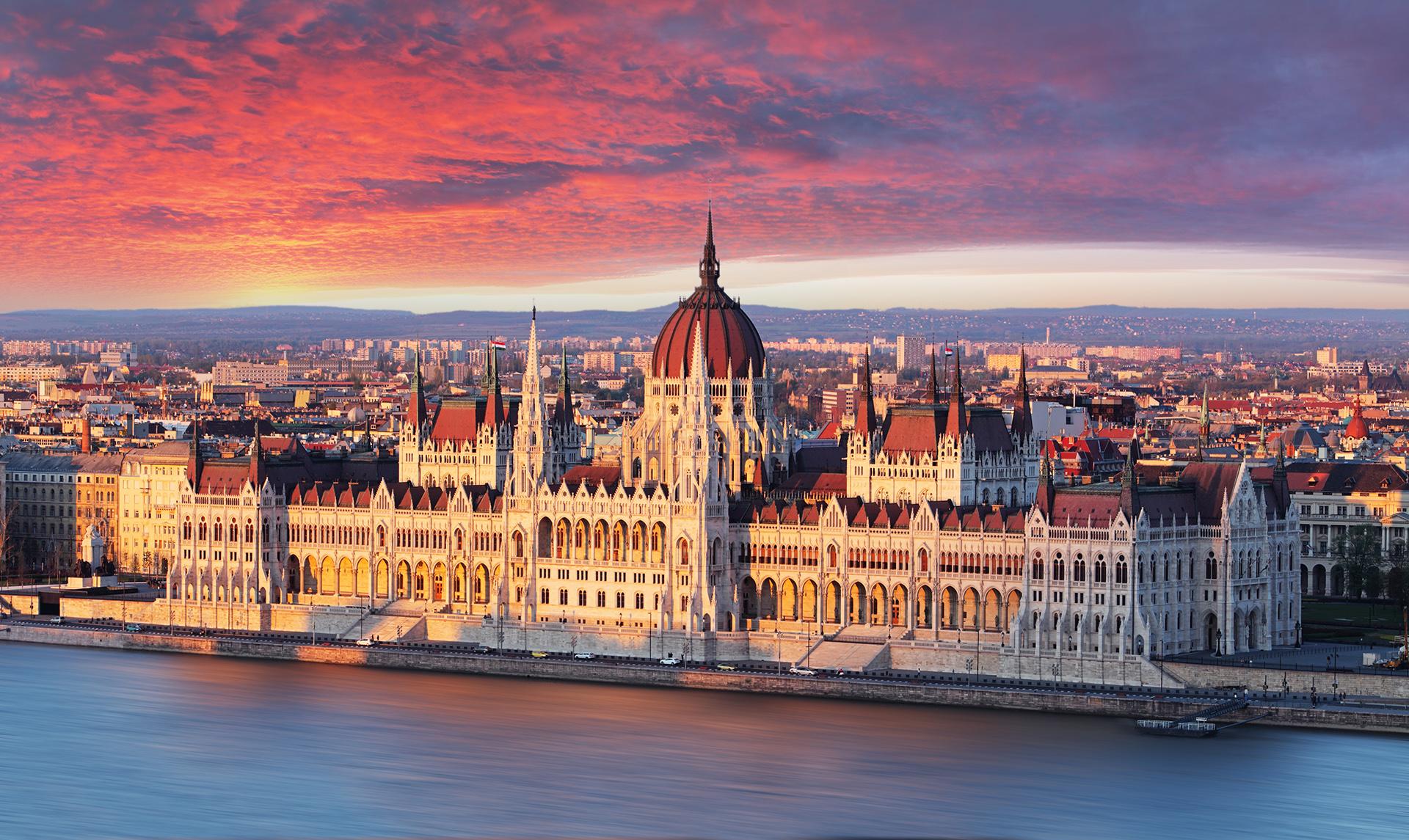 Es el destino ideal para los amantes de la arquitectura neogótica, siglos de historia, castillos imponentes y comida exquisita. Budapest fue nombrada como una de las ciudades más bellas de Europa, y es una de las más informales. En invierno hace mucho frío y en verano hace mucho calor