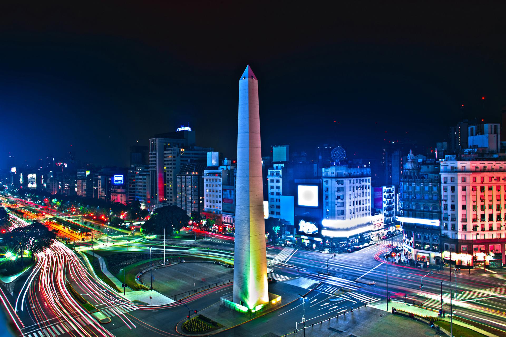 Buenos Aires está ubicada en el puesto número 20 según Flight Network. Destaca al barrio de La Boca por sus coloridas casas, los asadores que están a la vista y los fanáticos del fútbol que se pueden ver en cada esquina. Otro de los puntos emblemáticos de la ciudad es el Obelisco, ubicado en la Avenida 9 de Julio y Avenida Corrientes, por allí pasan miles de vehículos y personas todos los días