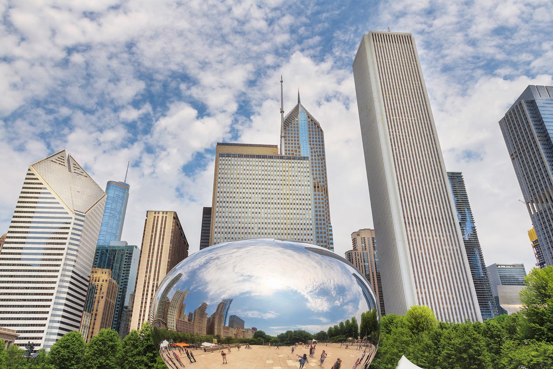 """La """"ciudad del viento"""" tiene como una de las atracciones el Millenium Park, donde se puede ver la increíble arquitectura que ofrece Chicago, uno de ellos se llama Cloud Gate donde la gente se toma fotos reflejados en él"""