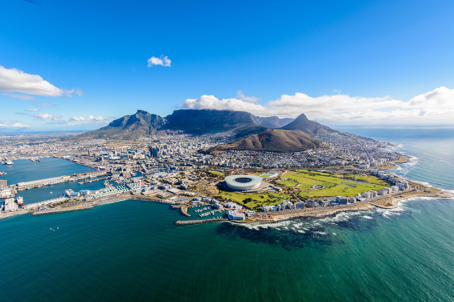 Es la segunda ciudad más poblada de Sudáfrica, después de Johannesburgo. Ahí se ubican tanto el Parlamento Nacional como muchas otras sedes gubernamentales. Es el lugar ideal para los amantes de las montañas ya que ahí se encuentra el Parque Nacional Table Mountain, que es una de las regiones florales más ricas del mundo