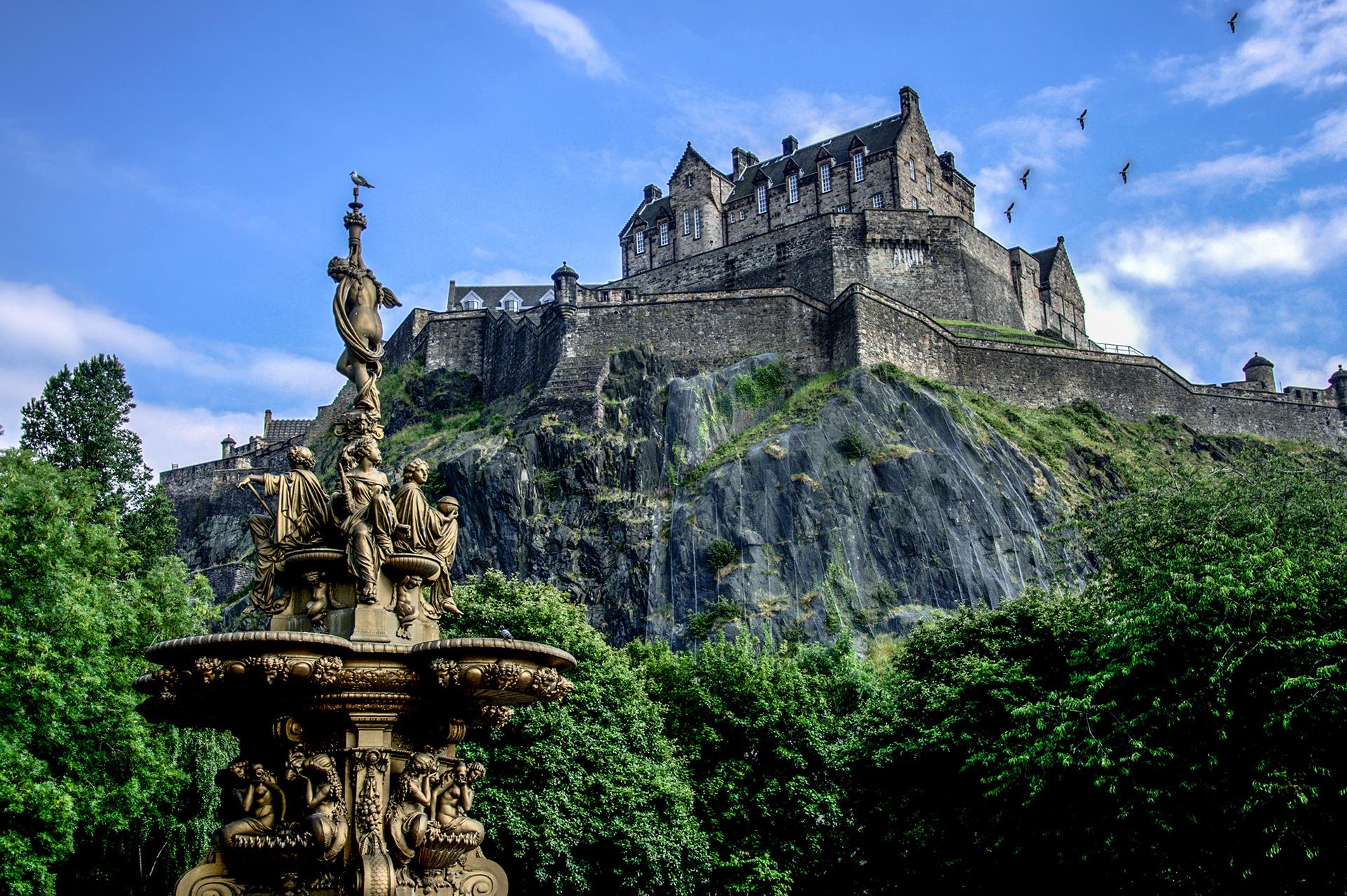El castillo de Edimburgo es uno de los sitios fortificados más antiguos de Europa, y la atracción paga más visitada en toda Escocia. Para los fanáticos de Harry Potter, deben visitar los coloridos edificios en Victoria Street que inspiraron el Callejón Diagon