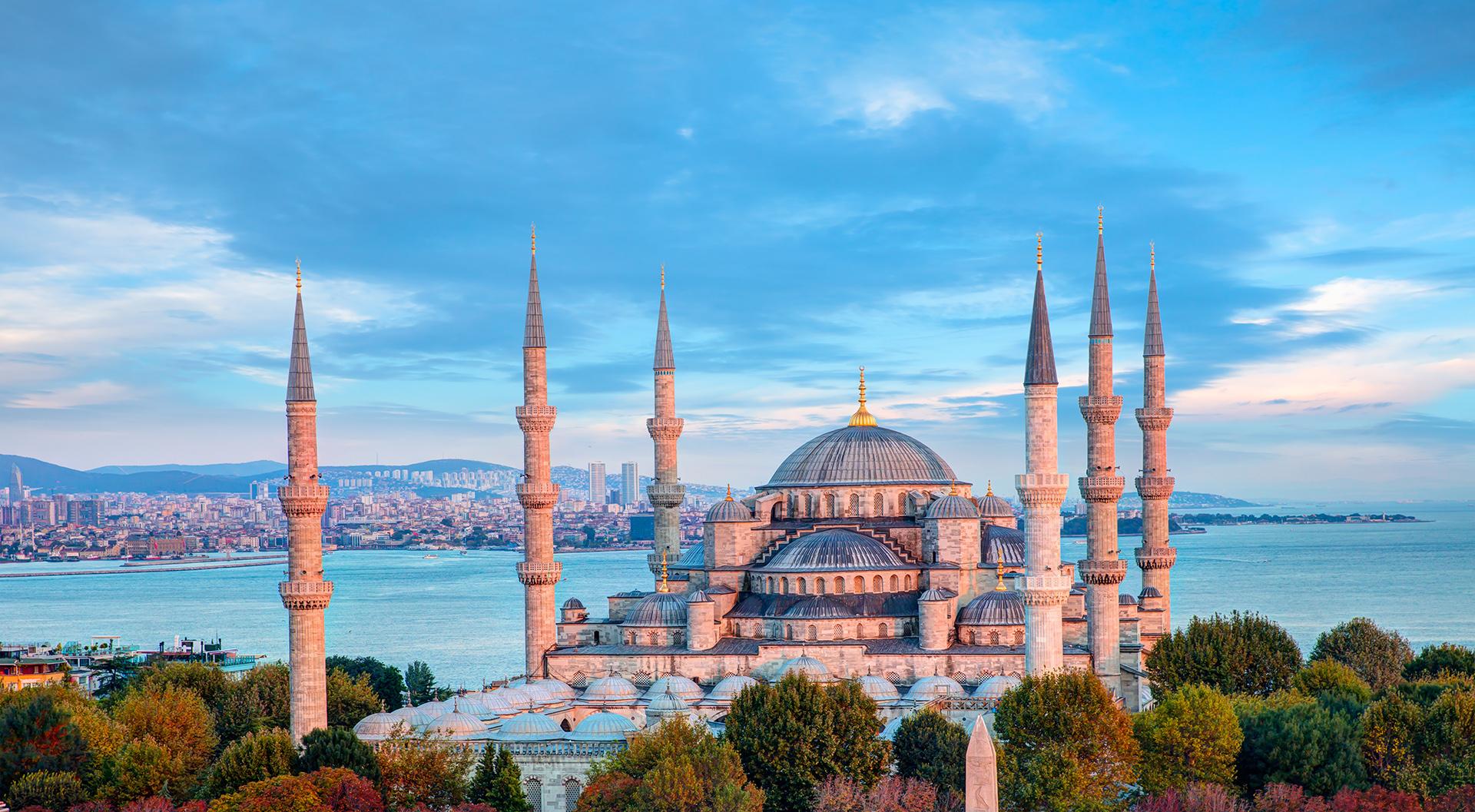 Es la única ciudad que se extiende a dos continentes, Europa y Asia. Una de las principales atracciones que tiene esta bellísima ciudad es la mezquita Santa Sofía y el Gran Bazaar que todos los turistas pasean por sus pasillos en búsqueda de especias