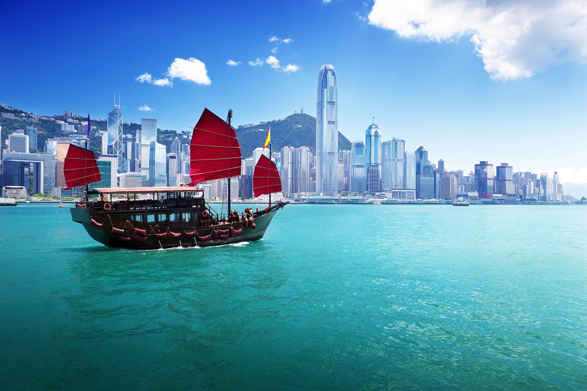 Es un lugar donde muchas culturas y tradiciones. El clima es generalmente cálido y húmedo, aunque hace mucho más calor en los meses de verano. De fondo la bahía de Hong Kong