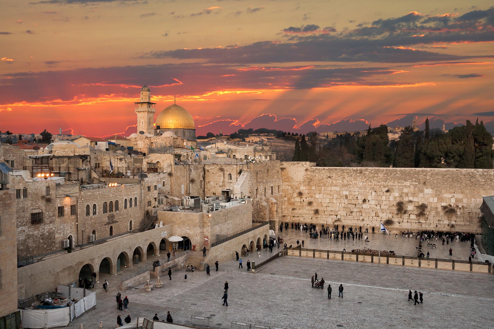Jerusalén es una joya y no hay otra ciudad antigua como esta. El Muro de los Lamentos en el Barrio Judío, es una de las atracciones más concurridas por todos los turistas, seguida por a Iglesia del Santo Sepulcro en el Barrio Cristiano y la Cúpula de la Roca en el Barrio Musulmán