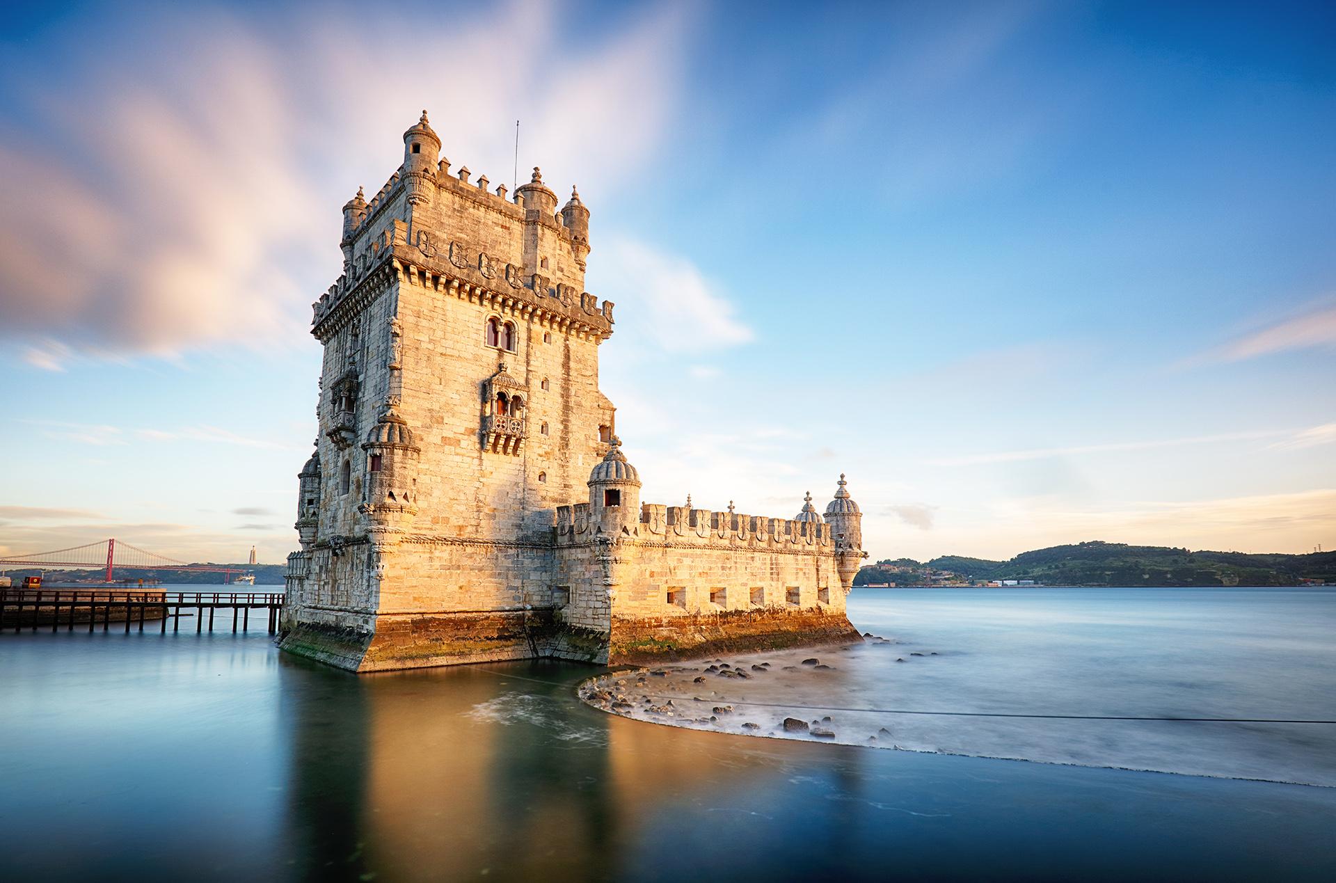 La Torre de Belém, de arquitectura medieval junto a la desembocadura del río Tajo es uno de los emblemáticos edificios para visitar en la ciudad. Quienes sean amantes de los mariscos, este es un destino ideal para probarlos ya que es un país costero y posee los mejores