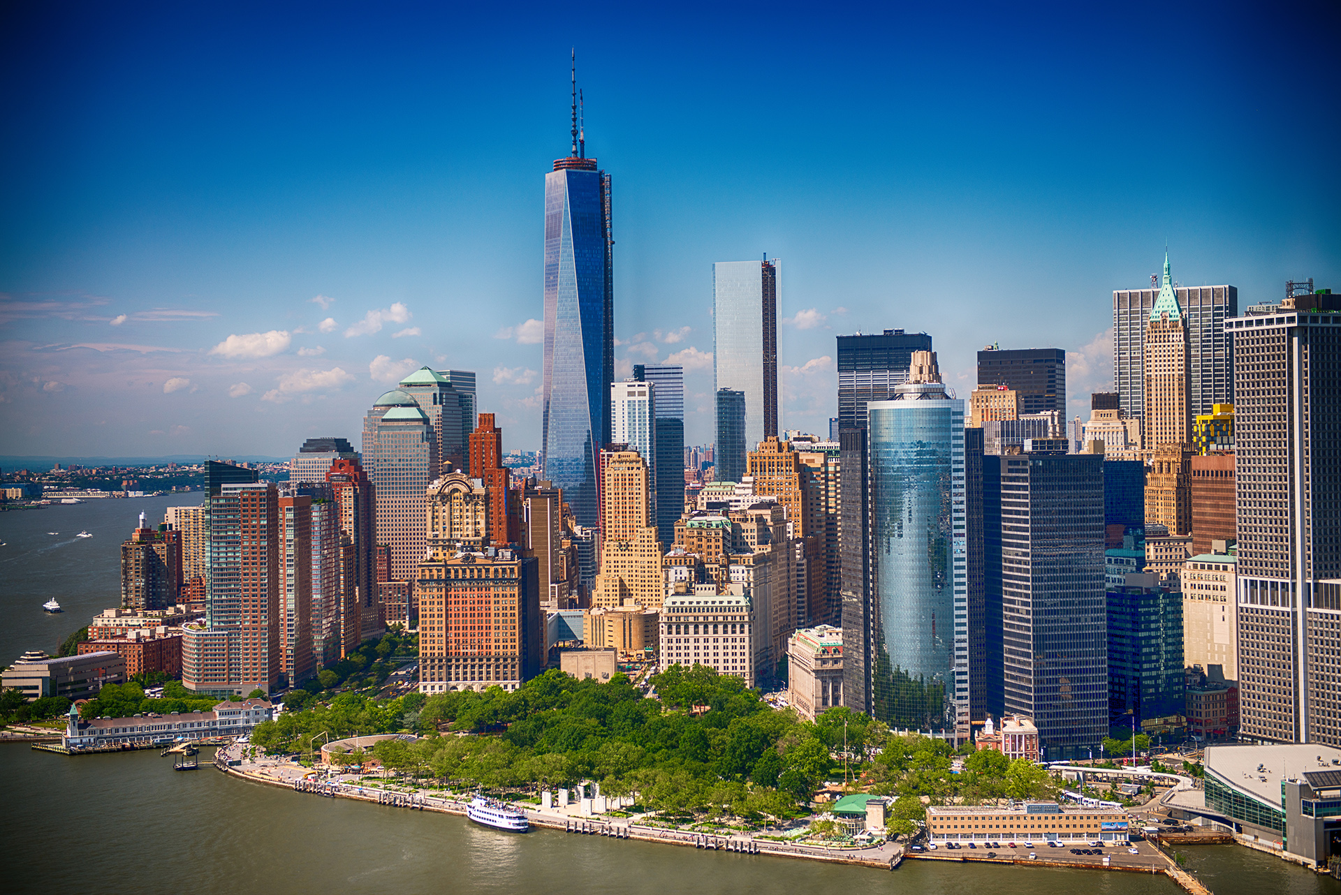 """Llamada """"la ciudad que nunca duerme"""", tiene como gran referencia al Times Square, los edificios """"One World Observatory"""", """"Rockefeller Center"""" y """"Top of The Rock"""" siendo los tres observatorios más altos para disfrutar de las mejores vistas de la ciudad de Nueva York. Otro de los puntos característicos de la ciudad es la Estatua de la Libertad en Liberty Island"""