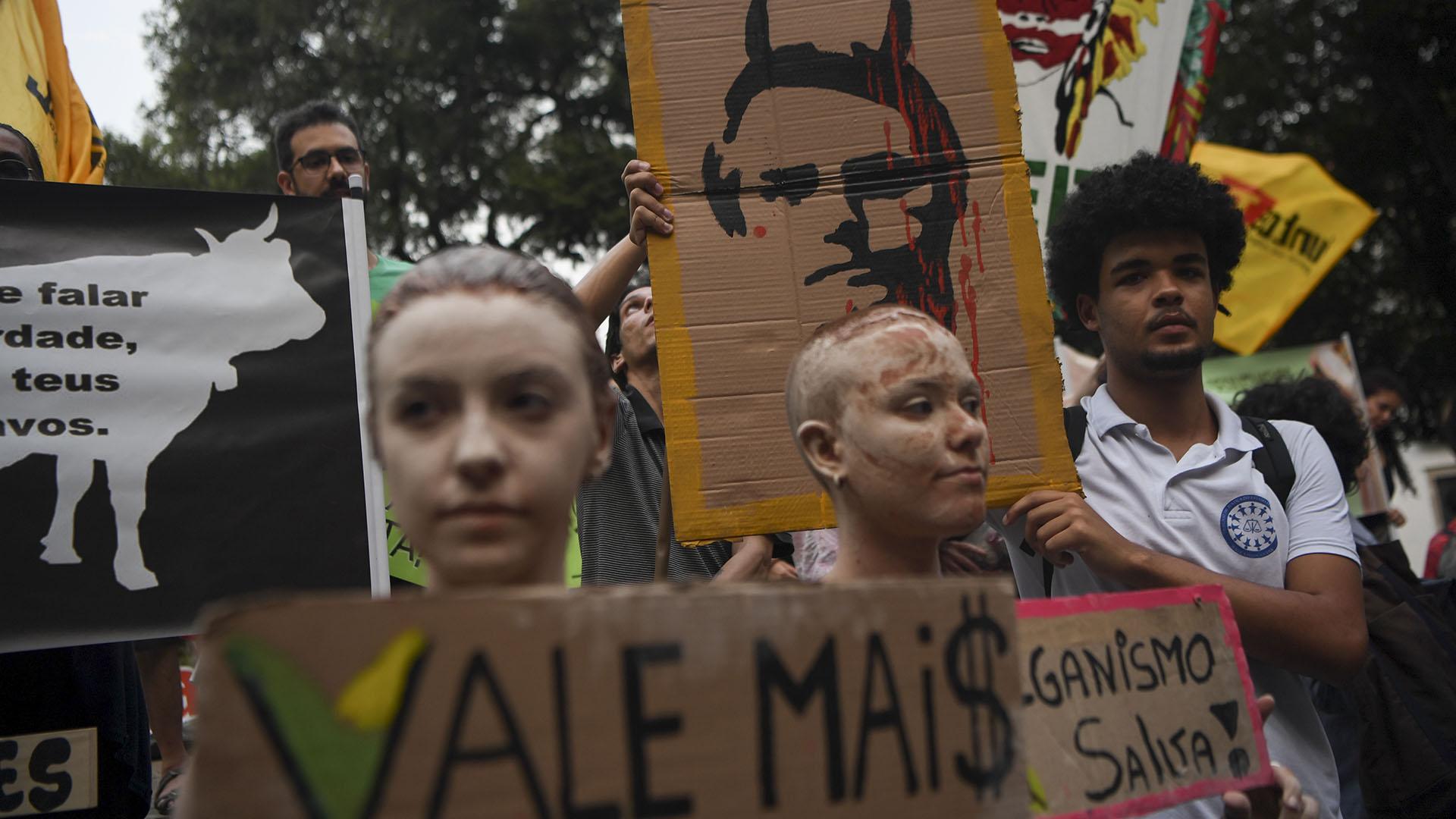 La marcha en Río de Janeiro, Brasil, incluyó pancartas contra el gobierno del presidente Jair Bolsonaro (AFP)