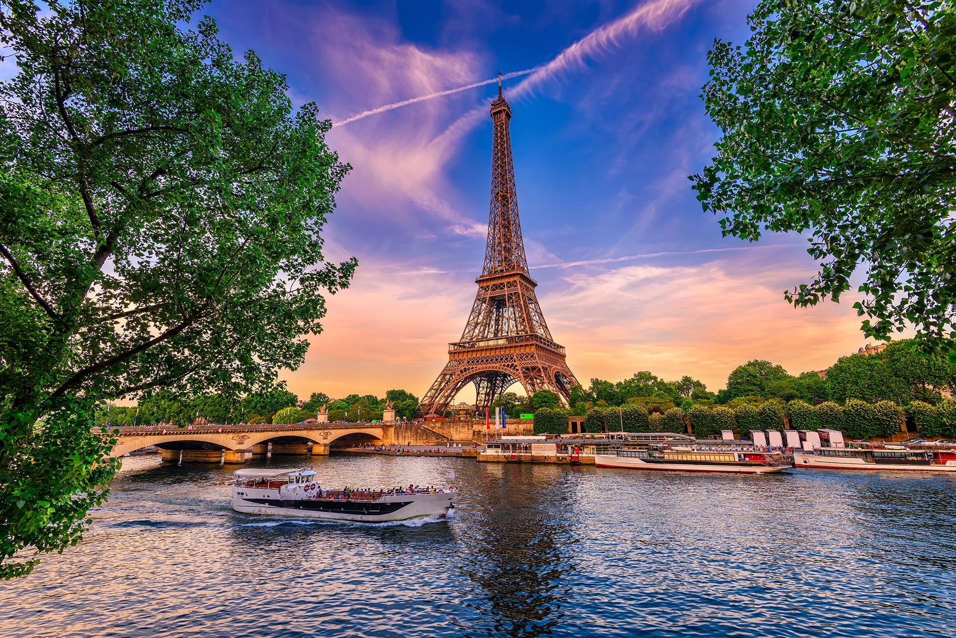 La capital francesa está ubicada en el puesto número 1 del ranking de las ciudades más hermosas del mundo. La Torre Eiffel es una de las principales atracciones turísticas, seguidas por el Arco del Triunfo y también el Museo del Louvre. Se destaca por su excelente gastronomía y sus calles perfectas que se pueden ver desde las alturas
