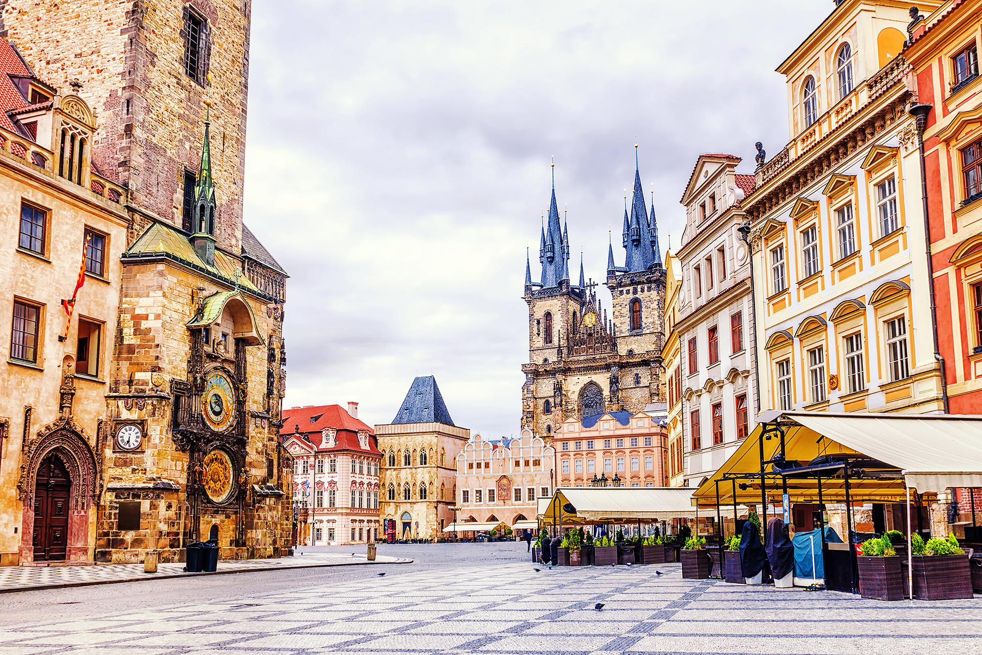 """Se la conoce por la """"ciudad de las 100 torres"""". Es una ciudad rica en historia y coloridos edificios. Una de sus principales atracciones se encuentra en la ciudad vieja y es el Reloj Astronómico de Praga que cada hora los 12 apóstoles se asoman a través, tan solo 27 segundos"""
