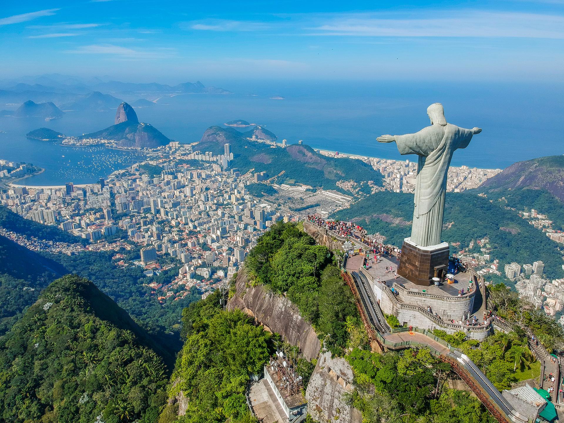 Clima de playa, buena gastronomía y las atracciones del Cristo Redentor y el Pan de Azúcar. Río de Janeiro es una de las ciudades más populares donde todo el año se vive un clima carioca. Las playas de Copacabana, Ipanema y Leblon son las tres más populares de Río