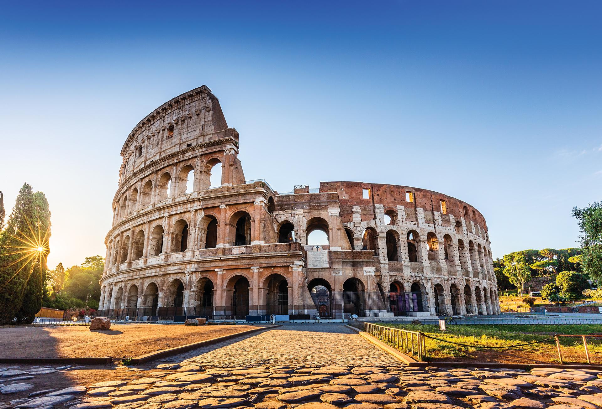 La capital está llena de vida y movimiento tanto de día como de noche. Dos de sus atracciones más conocidas son el Coliseo Romano y la Fontana di Trevi que cuenta la leyenda que lanzando una moneda se vuelve. Otro imperdible para el recorrido turístico, es la basílica de San Pedro en la zona del Vaticano