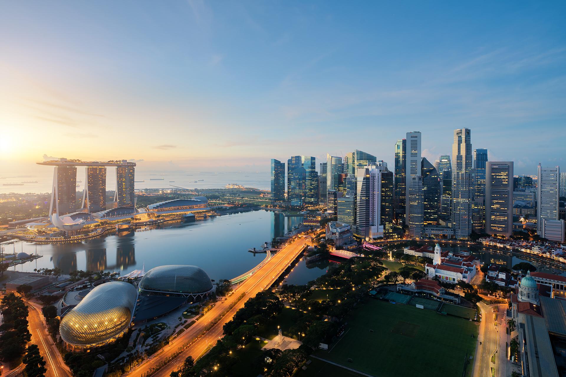 La ciudad es conocida como uno de los lugares más densamente poblados de la tierra. Es una ciudad colorida llena de tentadores paisajes, olores y sabores que enamoran a cualquier visitante. Actualmente una de las atracciones más llamativas es el bar del lujoso hotel Marina Bay Sands con piscina infinita