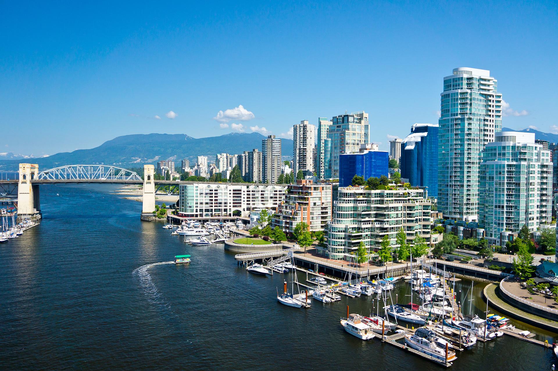 Vancouver ha sido votada varias veces como una de las diez mejores ciudades para vivir. Es una ciudad poblada por una sociedad cosmopolita, educada, de alto poder adquisitivo y rodeada de un escenario natural que parece mentira que pueda alzarse a metros de edificios de cristal y de tiendas de tendencia que convocan a las grandes marcas del mundo