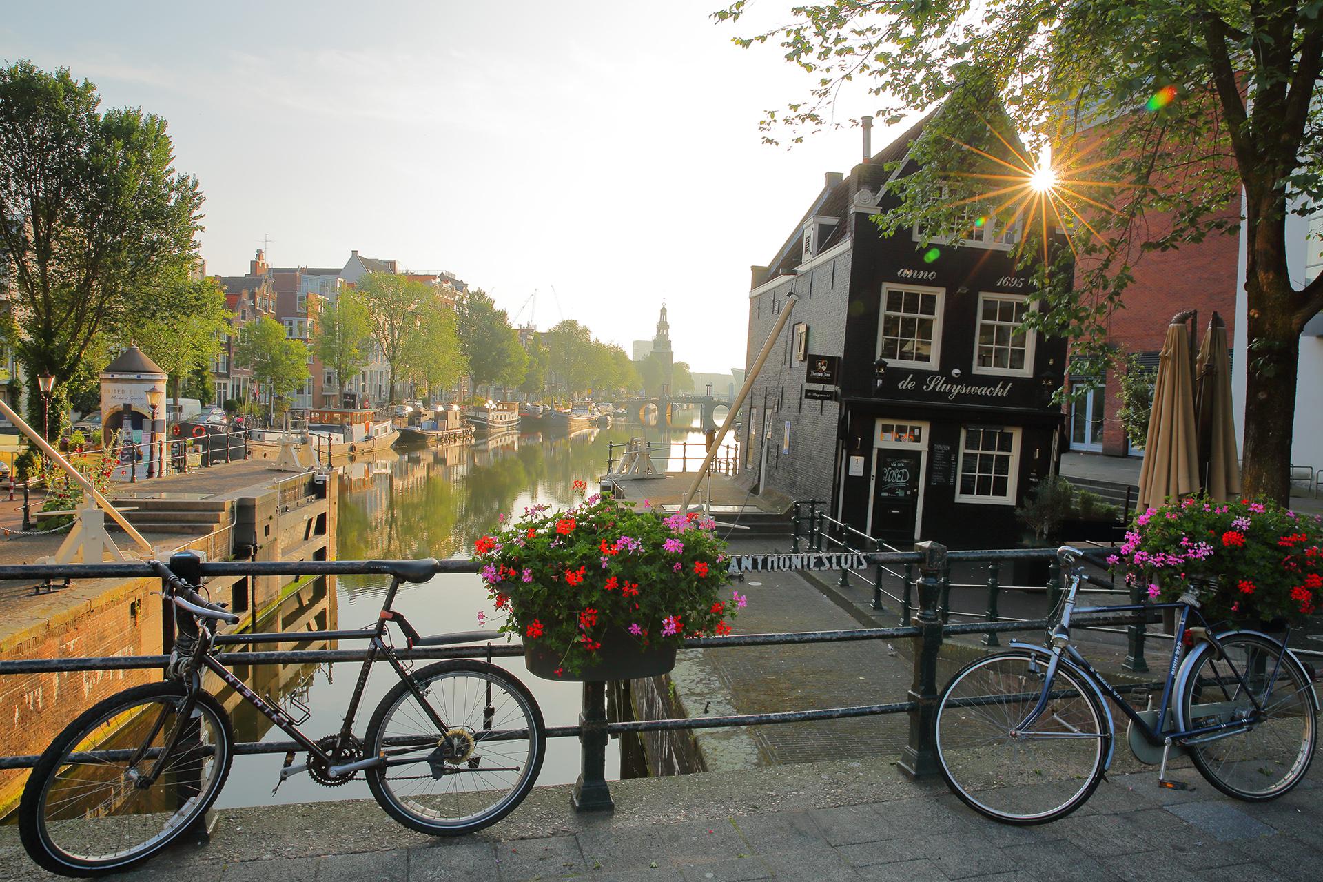 Es conocida por sus coloridas casas y por el festival de tulipanes en la primavera. Amsterdam es una de las ciudades recomendadas para conocerla en bicicleta pasando de canal en canal. Una de las atracciones que no debe faltar en el recorrido turístico es el Museo Van Gogh, que alberga la mayor colección del artista Vincent van Gogh del mundo