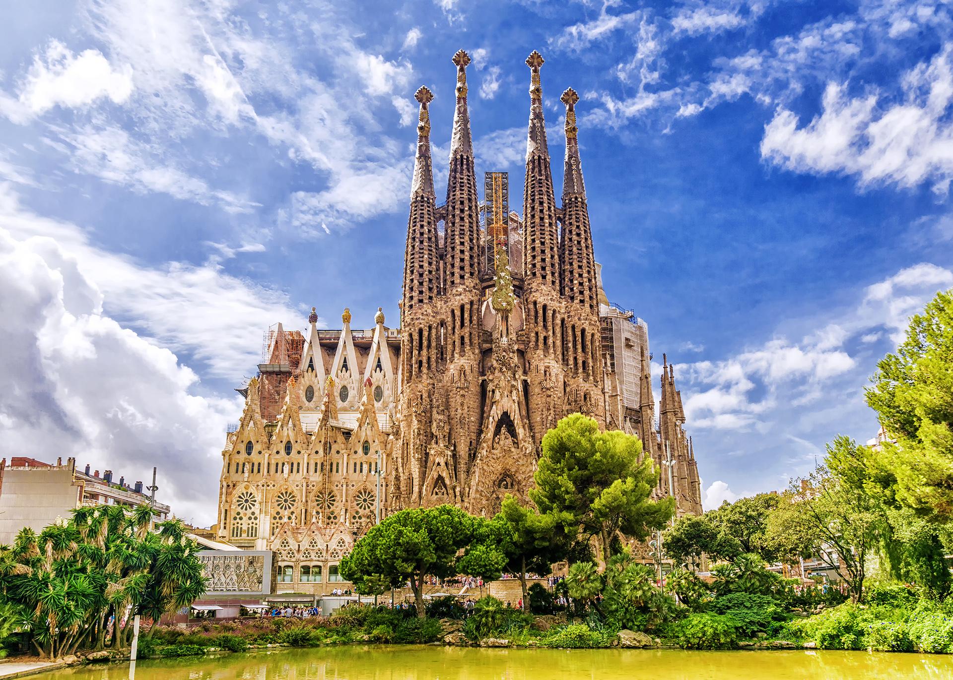 Ubicada en la costa del mar Mediterráneo, Barcelona es una de las ciudades para visitar por sus emblemáticos edificios como lo son por ejemplo la basílica de la Sagrada Familia, Casa Batlló, Park Güell y la tradicional playa de la Barceloneta