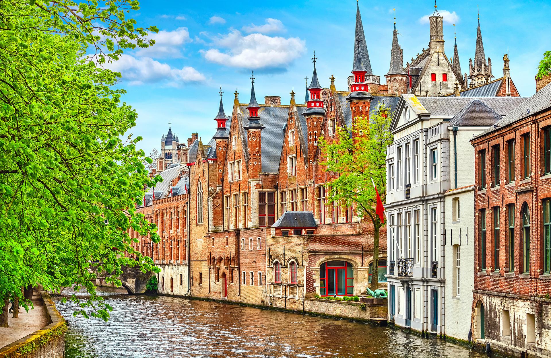 Esta ciudad es Patrimonio de la Humanidad de la Unesco, por lo que mantiene este sentido de la historia que es realmente único. Sus pintorescos canales y casas llevan a los turistas a querer de correr de punta a punta para descubrir jardines y puentes escondidos por la ciudad