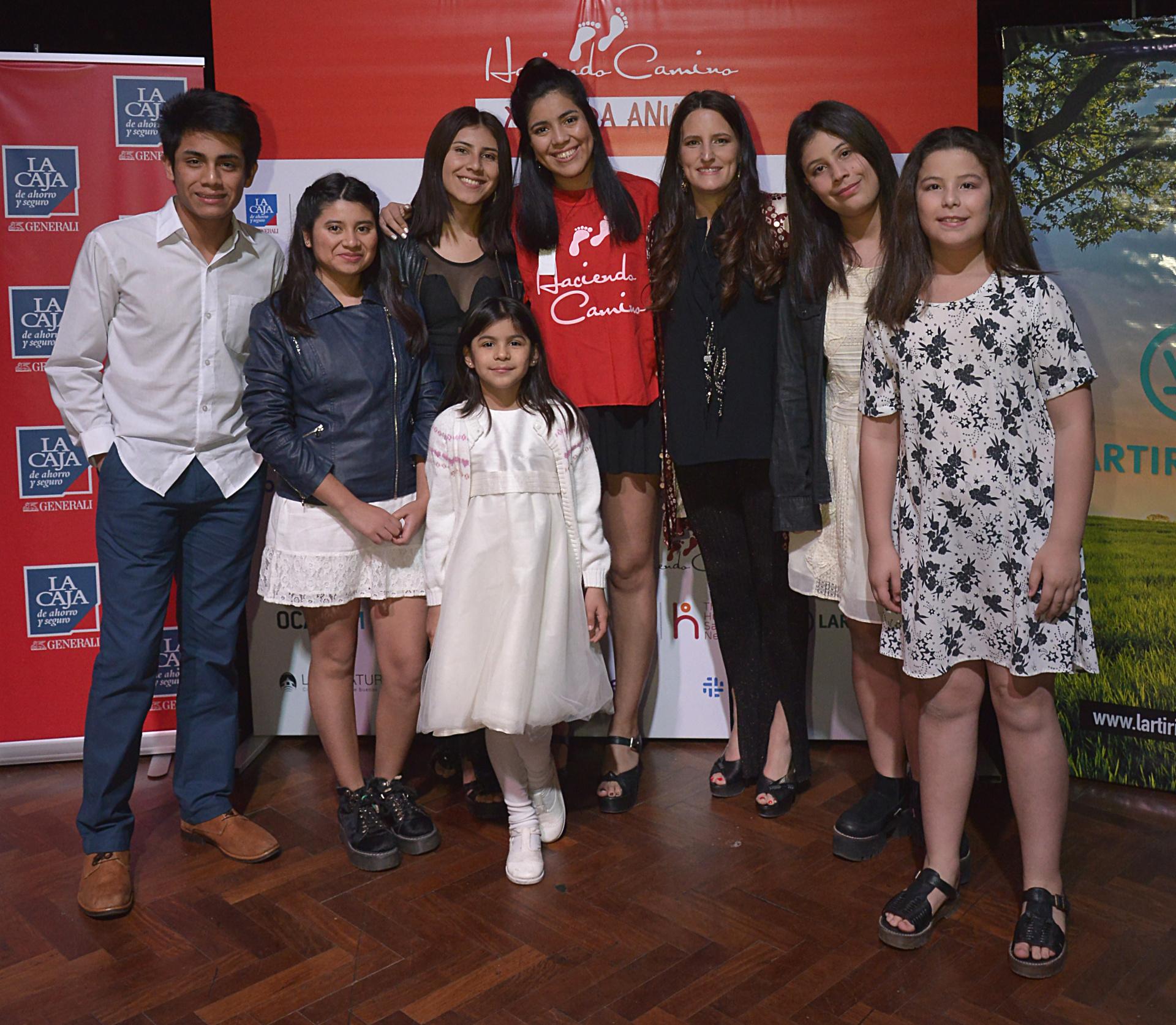 """Catalina Hornos, presidente de """"Haciendo Camino"""", junto a sus hijos en el evento que se llevó a cabo en San Isidro"""