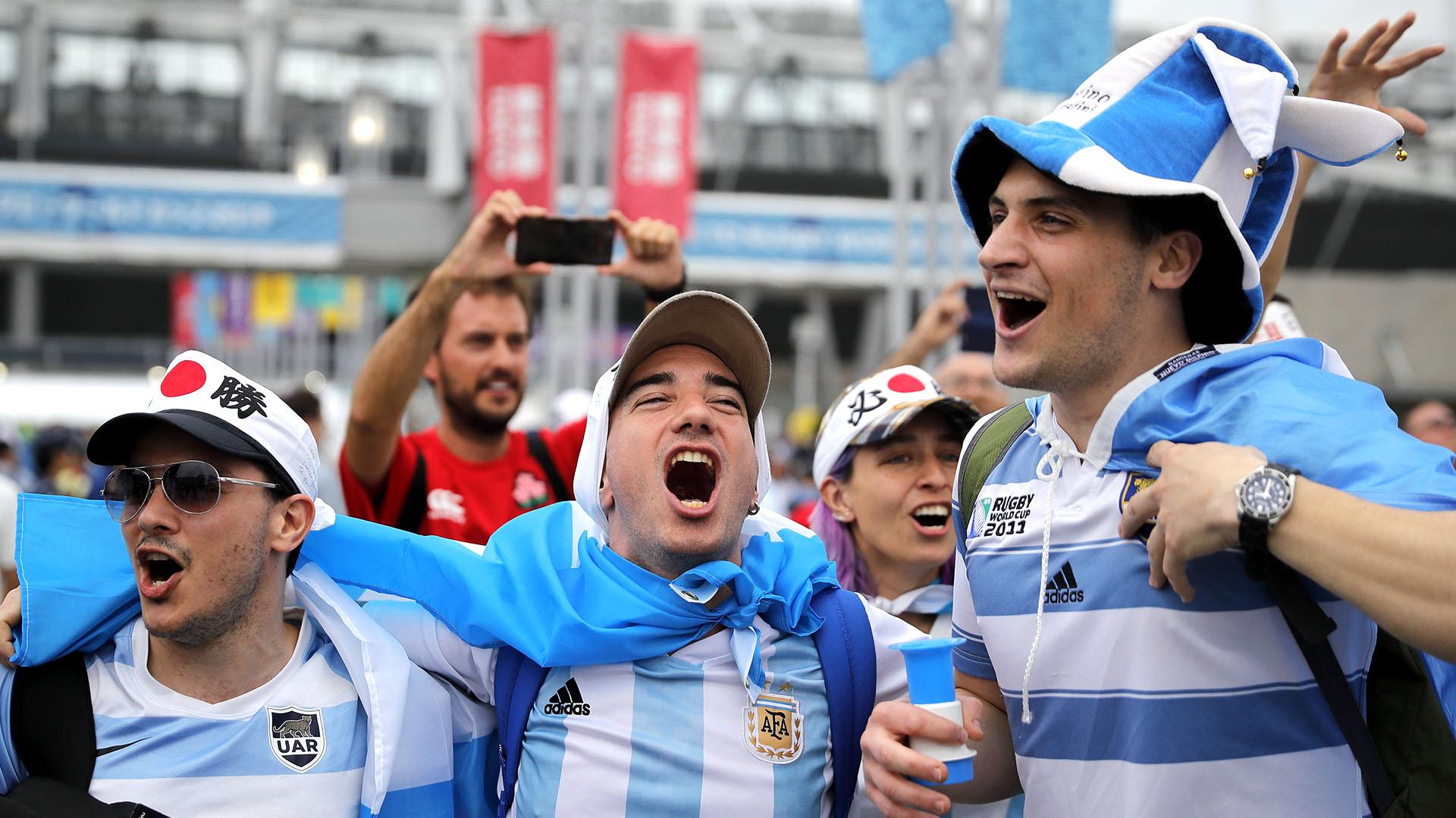 Los hinchas argentinos se acercaron en gran número hasta Tokio para ver el debut de Los Pumas en el Mundial de rugby(AP Photo/Christophe Ena)