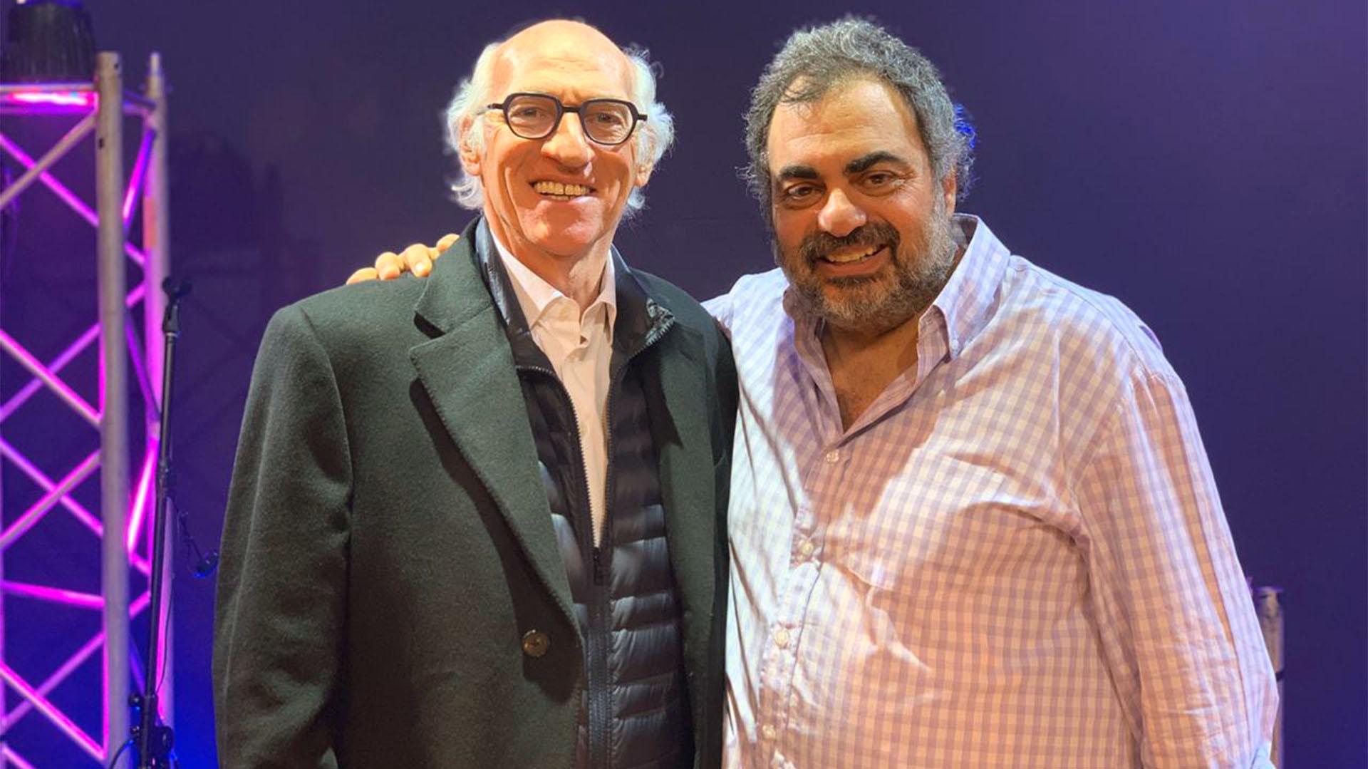 """Carlos Bianchi concurrió al Teatro Apolo a disfrutar del exitoso Show que brinda Roberto Moldavsky, """"El Candidato"""". Al finalizar el espectáculo, el ex futbolista se reunió con el humorista y lo felicitó por su divertido stand-up"""