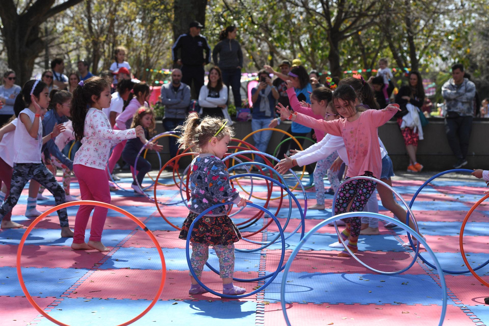 Para los más chiquitos, actividades en la plaza blanda con aros