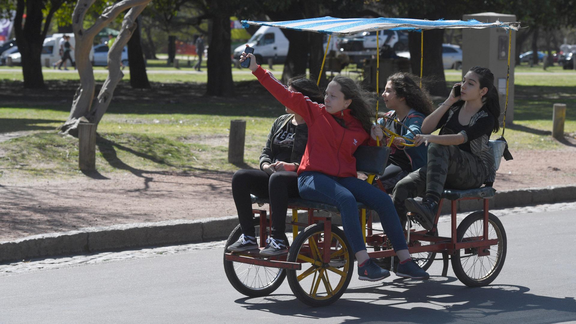 Otra de las actividades más populares para hacer si se festeja el Día de la Primavera en el Rosedal de Palermo son los carritos a pedal para cuatro personas para recorrer por las calles
