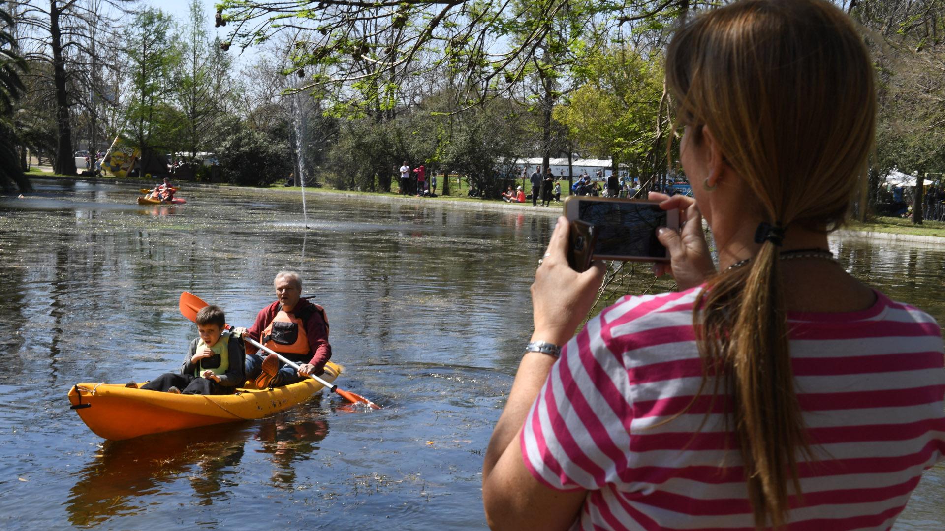 Kayak por el lago de La Isla del Club Ciudad de Buenos Aires en el barrio de Nuñez