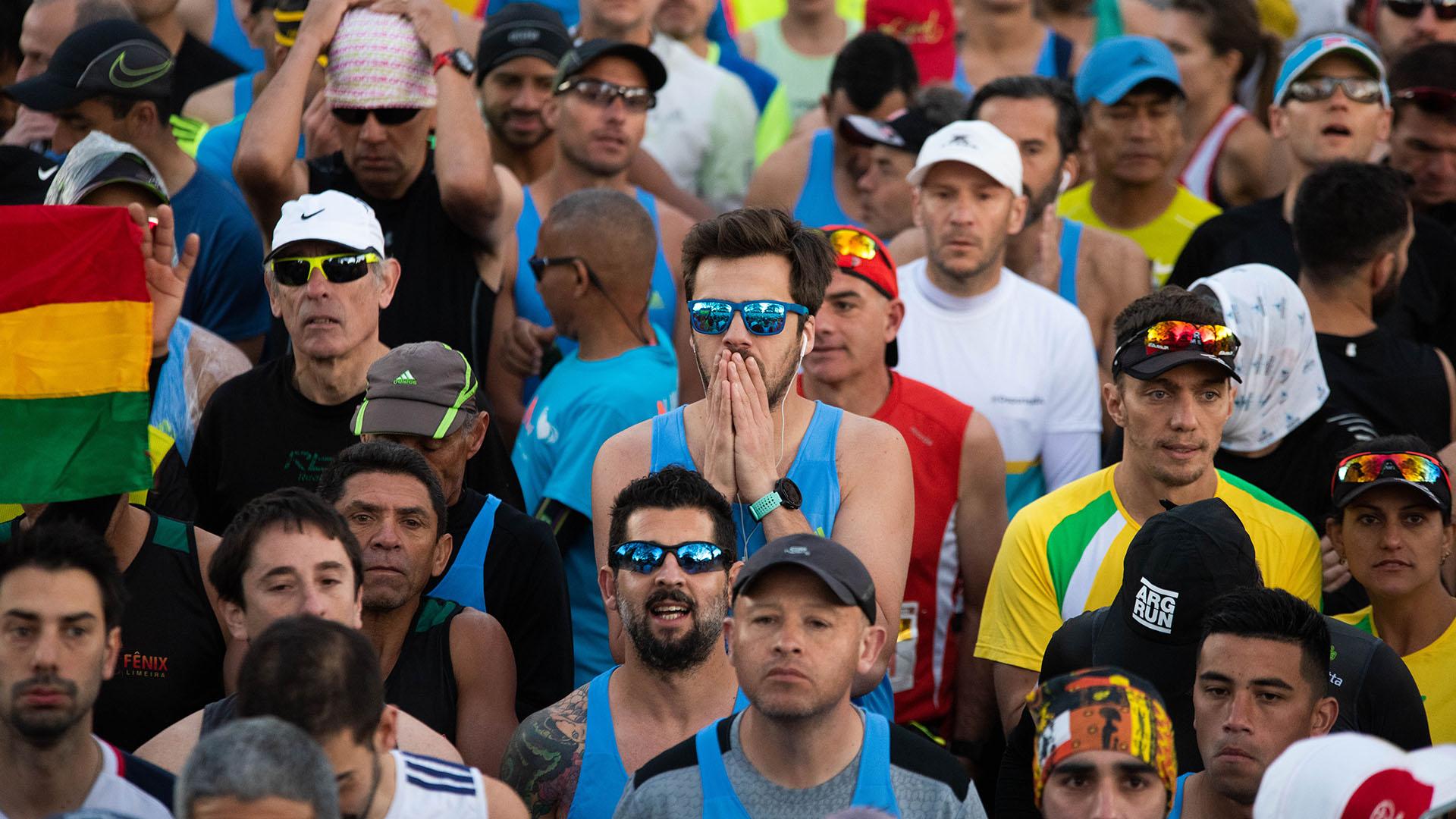 Concentración y últimos ajustes antes de comenzar la maratón