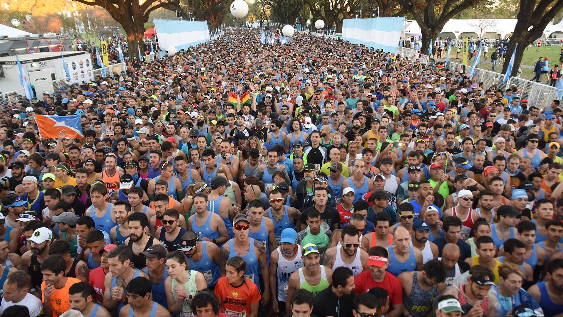 La multitud congregada en la salida, poco antes de las 7 de la mañana