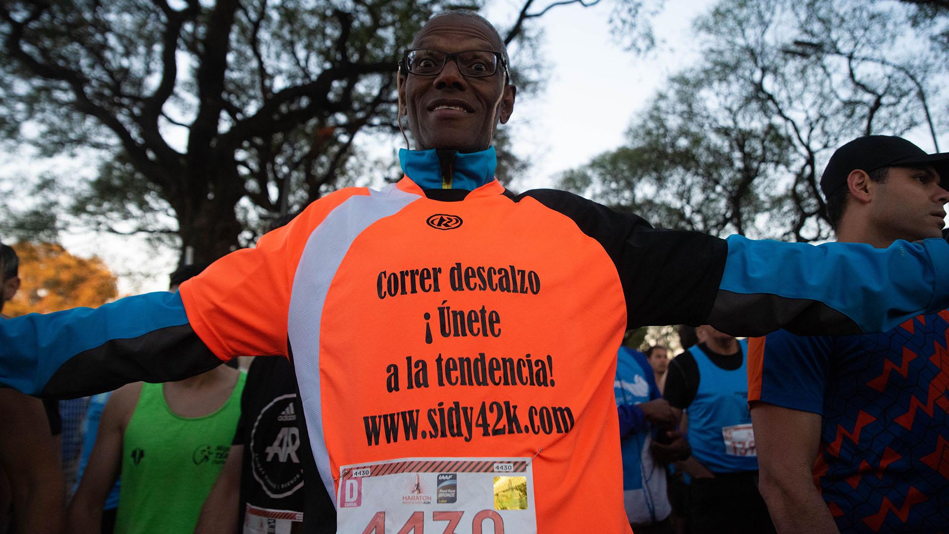 El competidor que invita a sus pares a participar de las maratones sin calzado