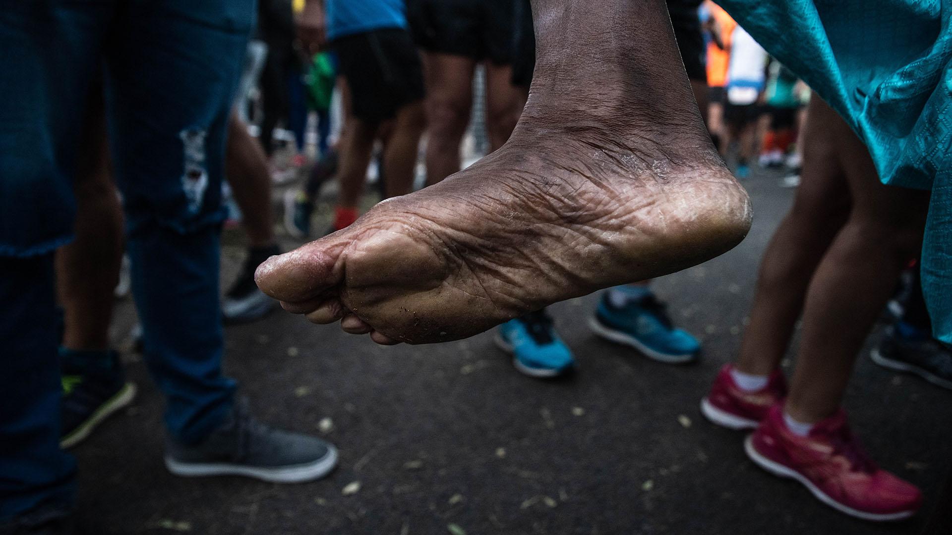 Las marcas de un particular corredor que participó de la maratón con los pies descalzos