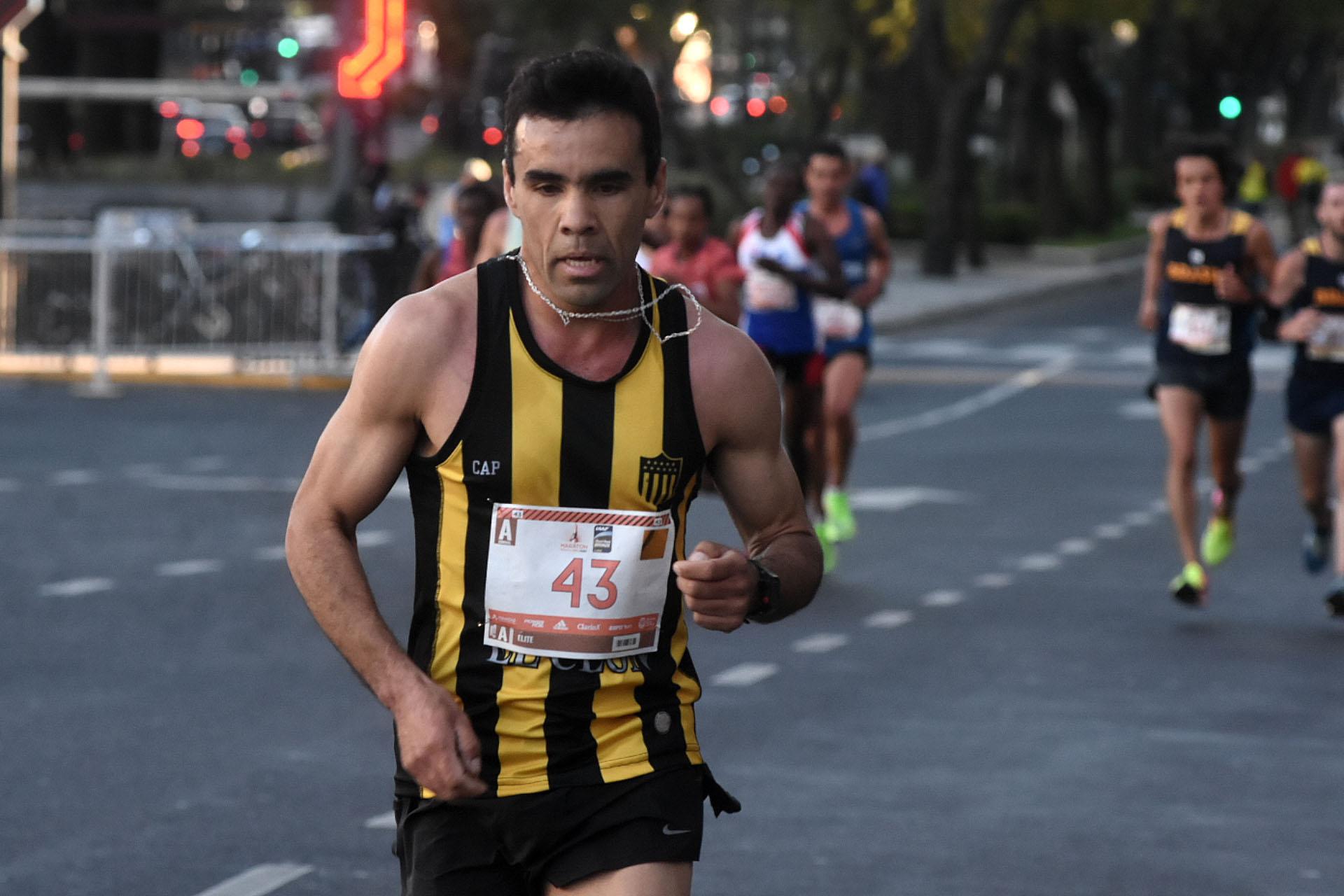 El vecino uruguayo que decidió participar de la maratón con la camiseta de Peñarol